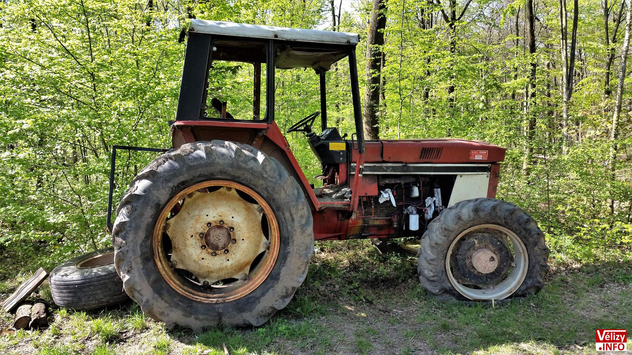 Épave de tracteur en forêt de meudon - Commune de Vélizy.