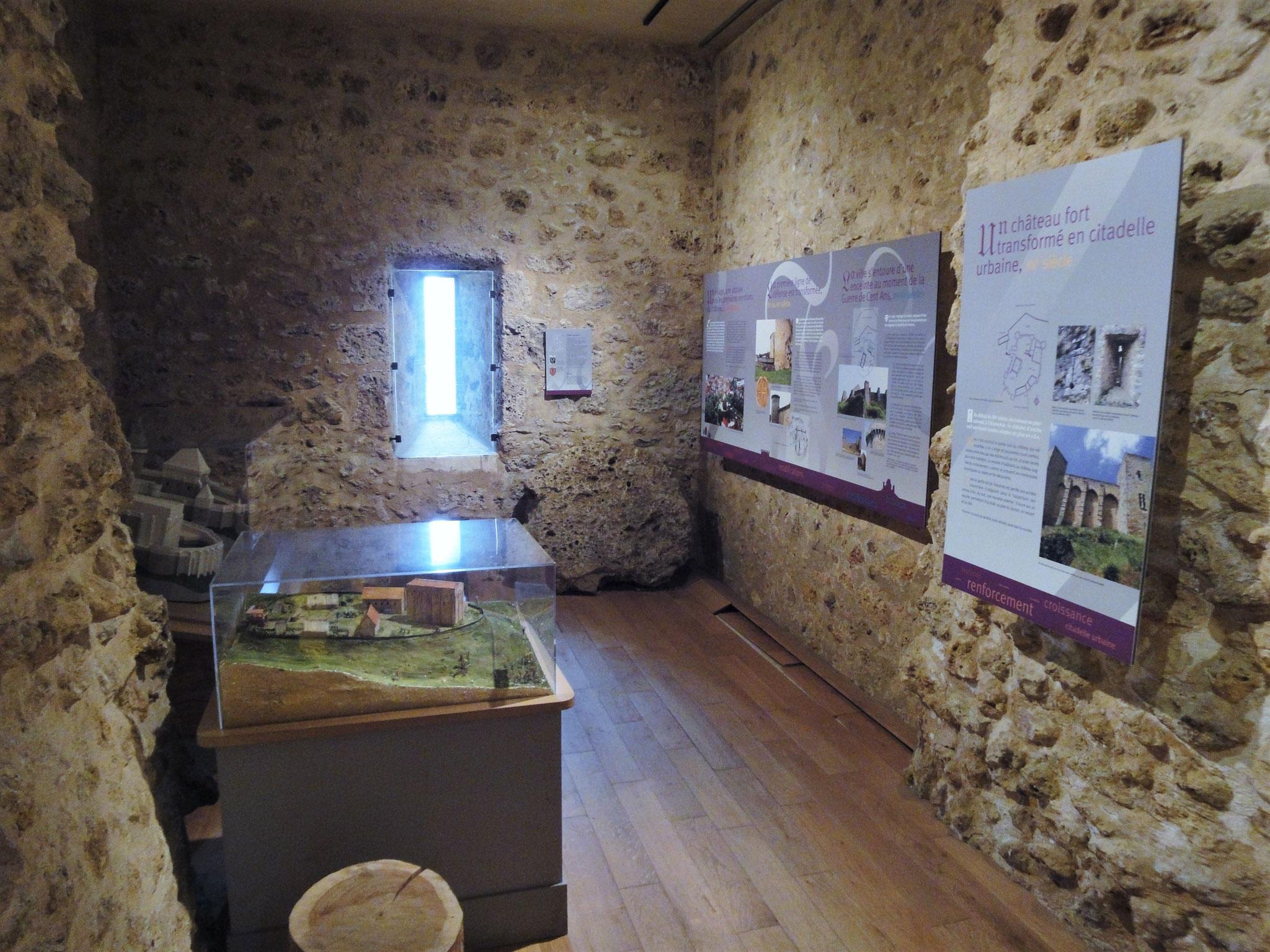 Panneaux d'information sur l'histoire du château de la Madeleine.