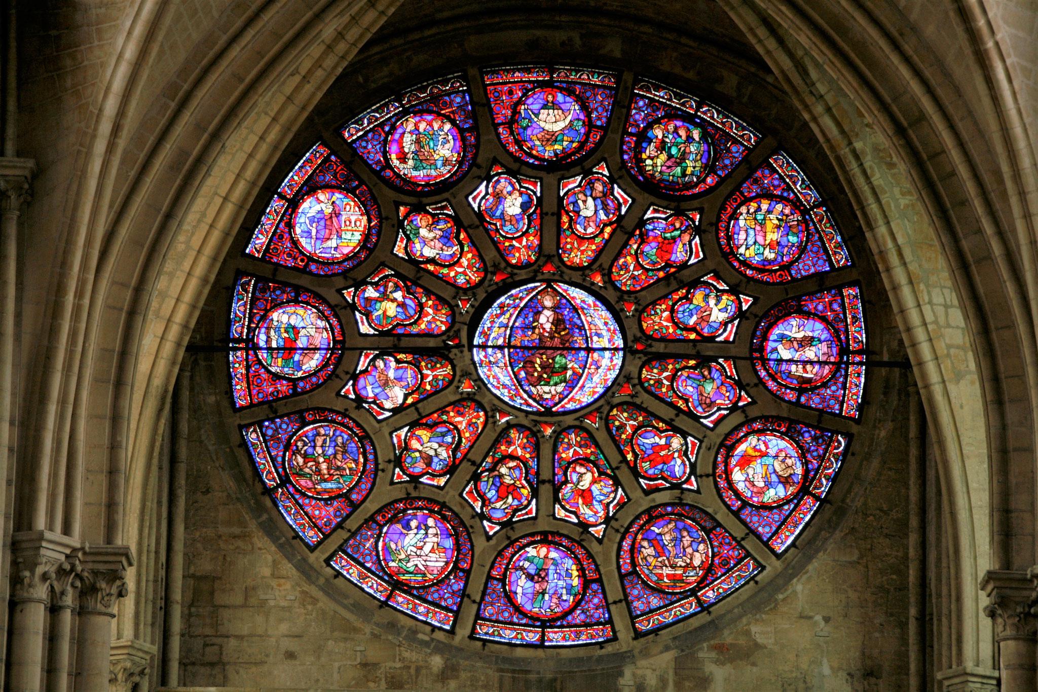 La rosace de la Collégiale Notre-Dame de Mantes-la-Jolie représente le Jugement Dernier.
