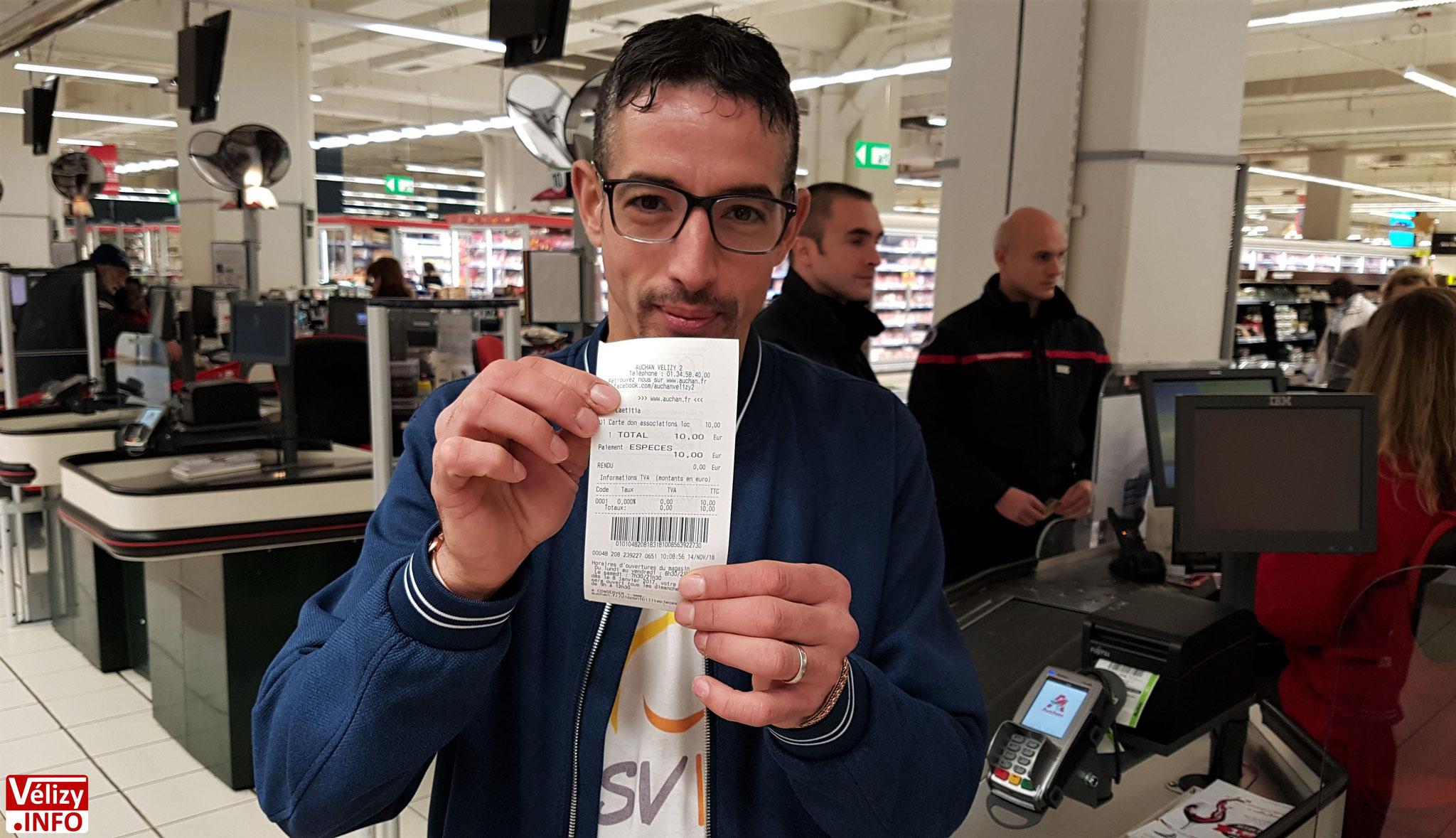 Rachid Farid présente un ticket de caisse Auchan sur lequel figure un don.