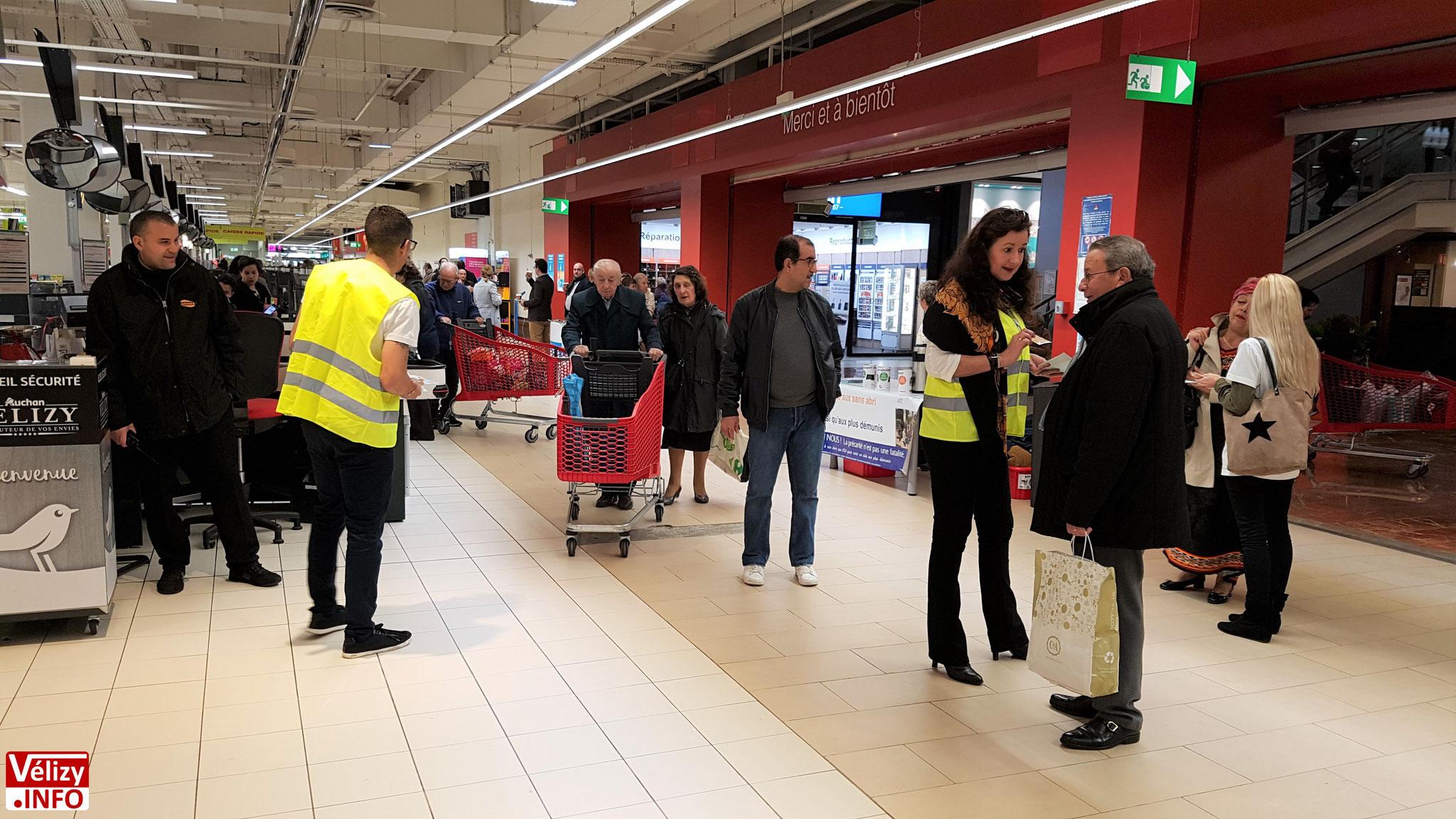 Distribution des cartes solidaires par les bénévoles de l'association Élan Solidarité Vélizy (ESV).