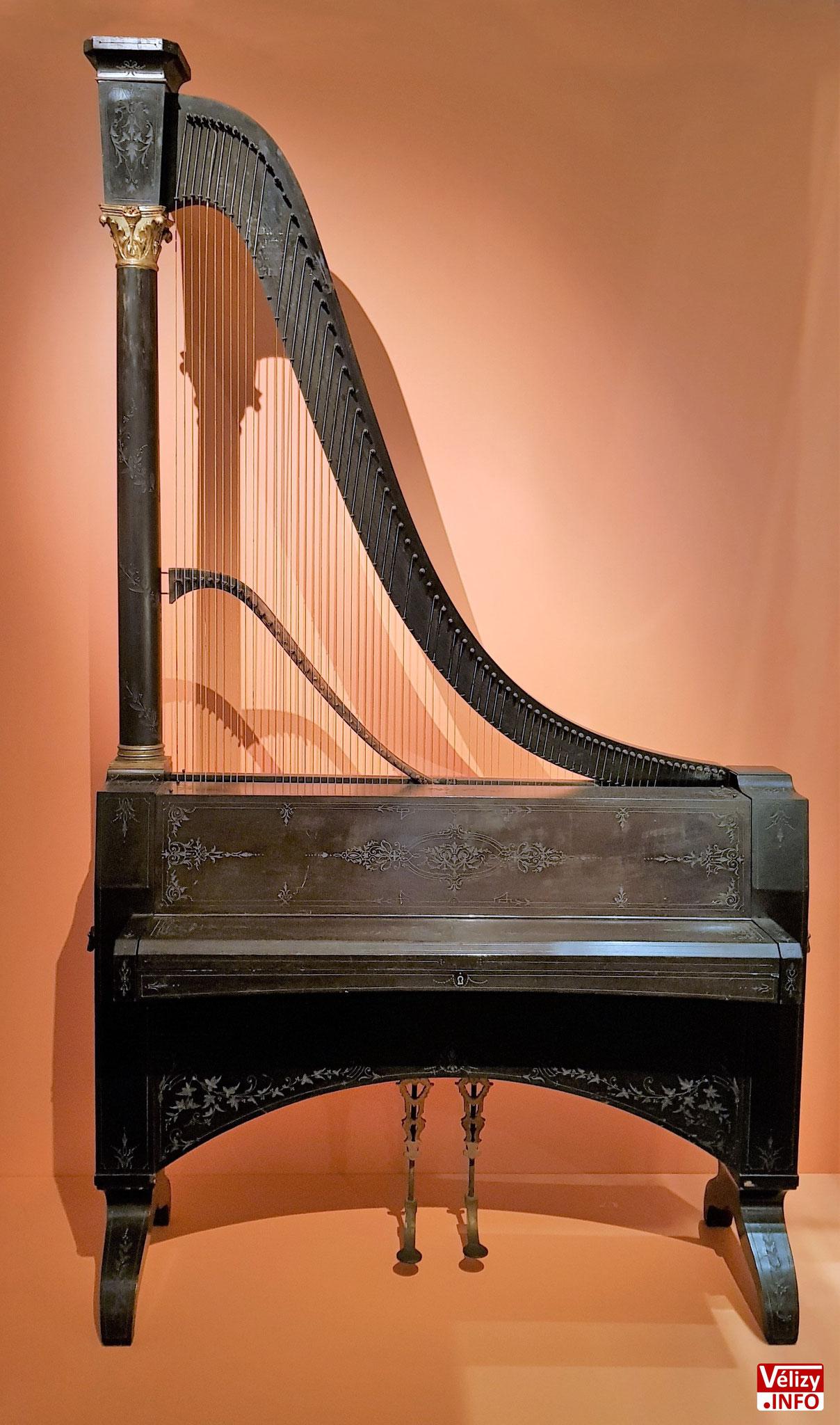 Clavi-harpe, dit piano-girafe.