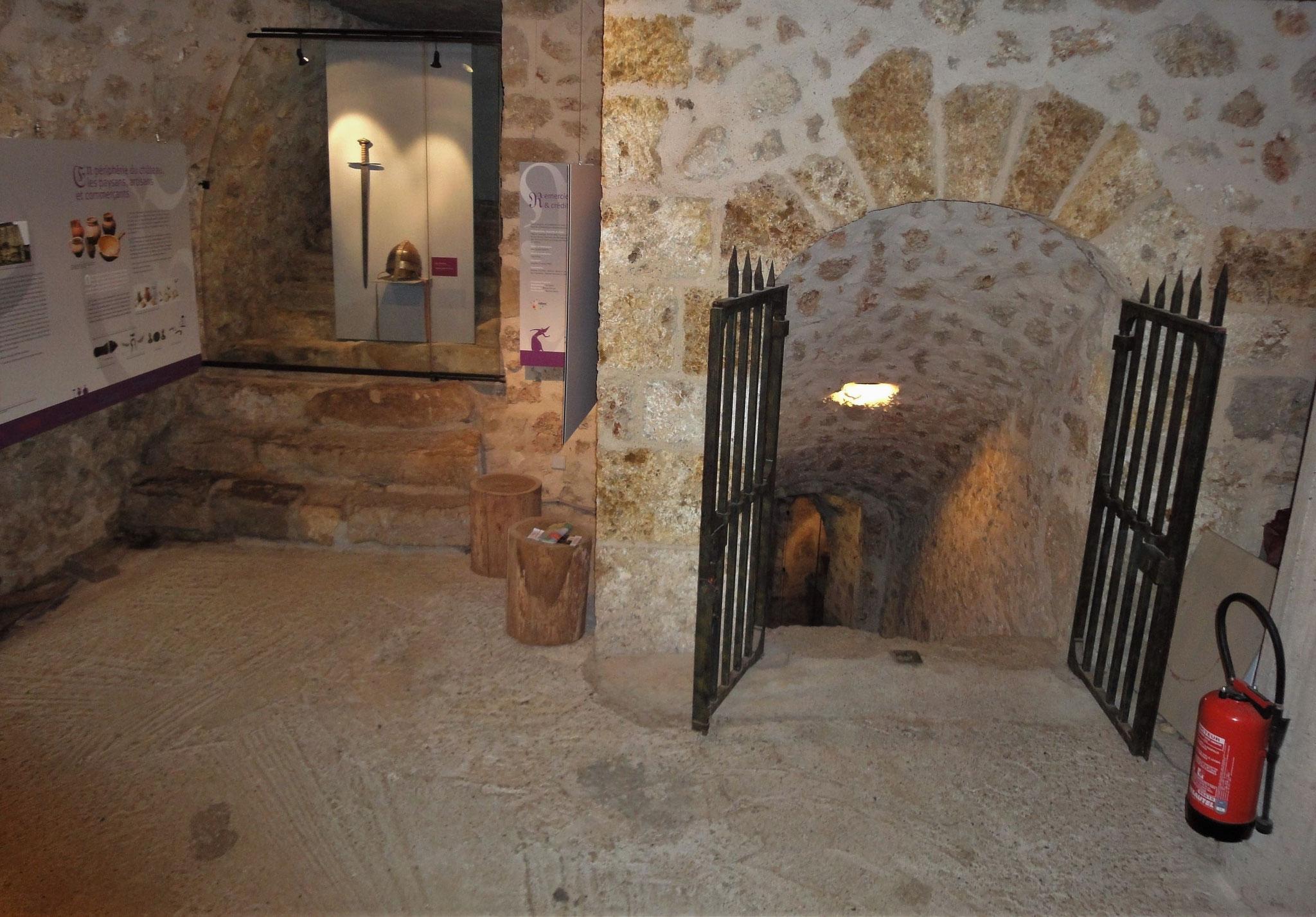 Accès aux caves du château de la Madeleine.