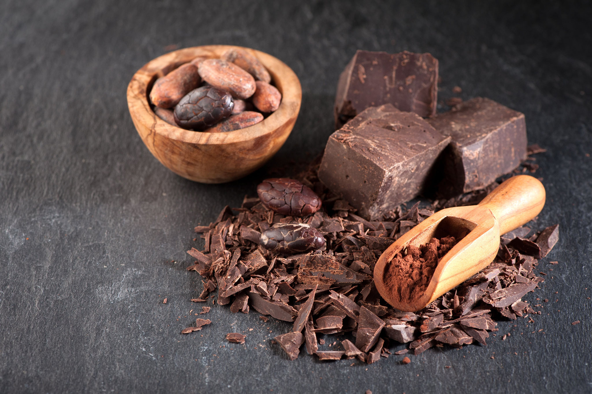 La graine de fruit du cacaoyer est transformée par broyage et torréfaction en une pâte qui donne le chocolat