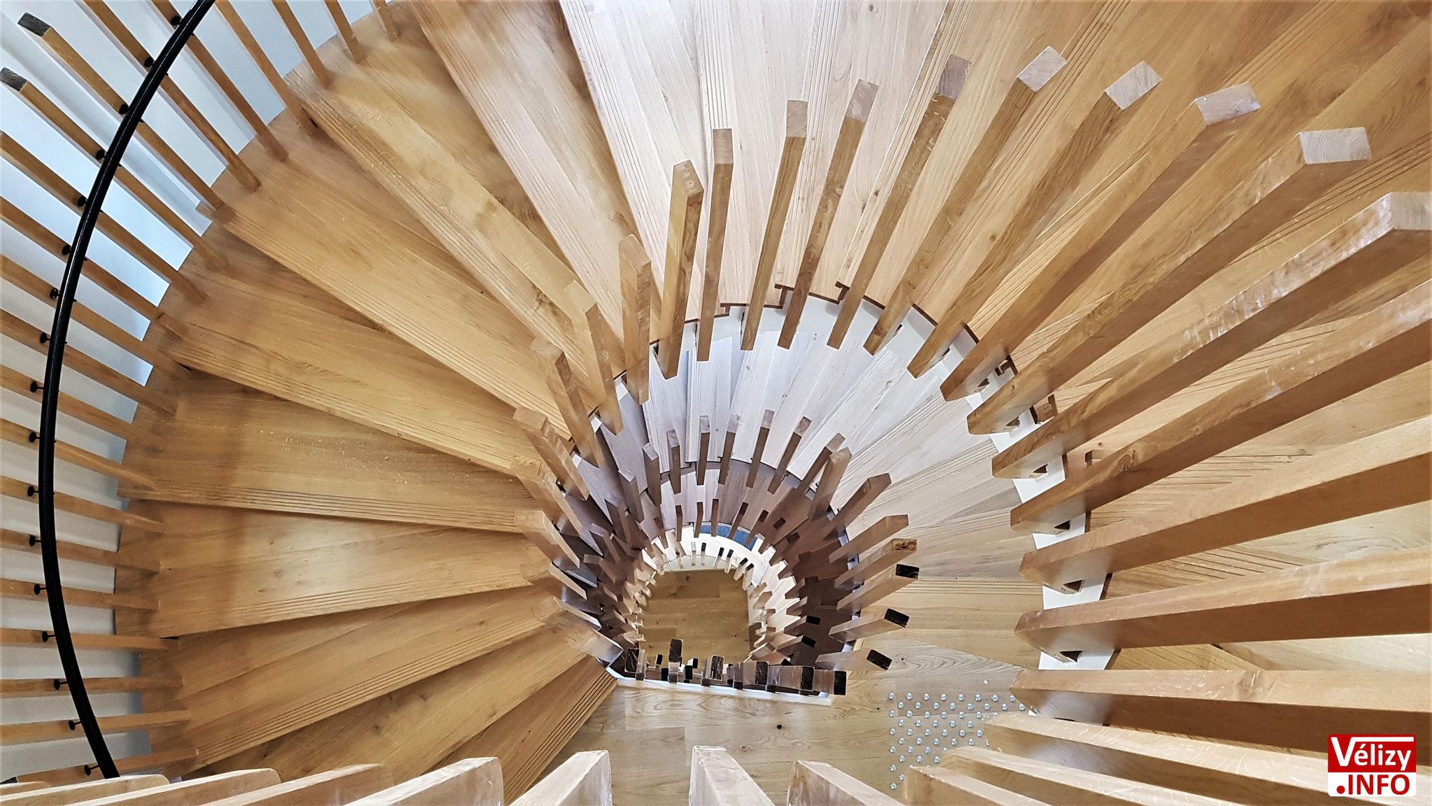 L'escalier en colimaçon vu du dernier étage de l'Hôtel de Police de Vélizy-Villacoublay.