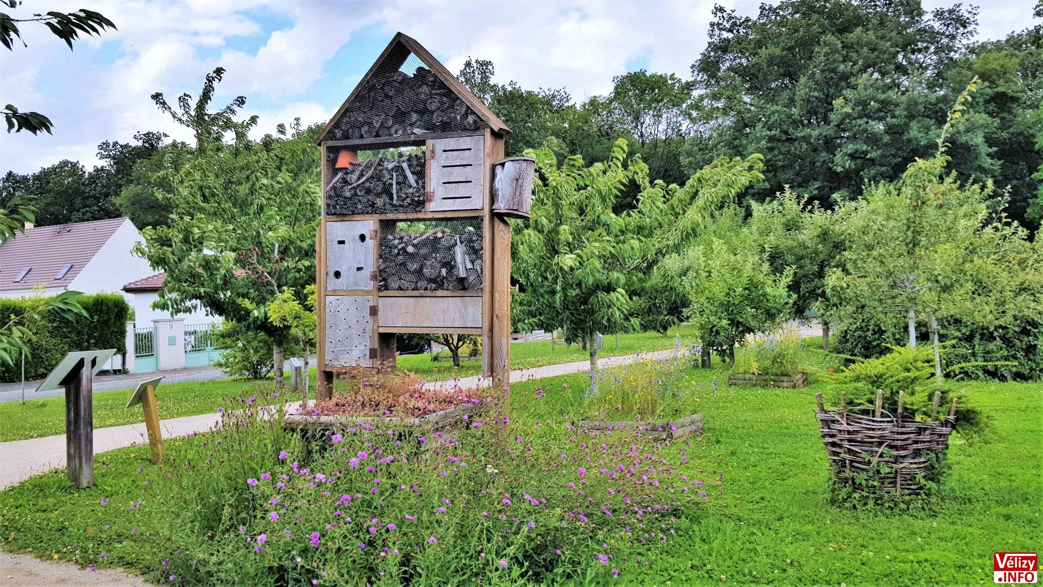 Hôtel à insectes installé dans le Jardin des Sens à Vélizy-Villacoublay.