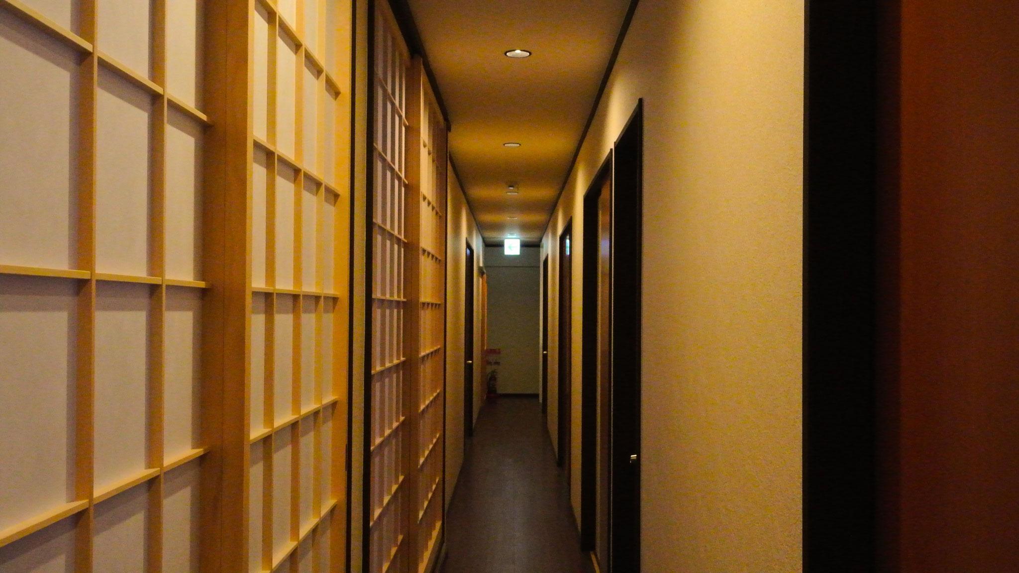 奥に長い廊下