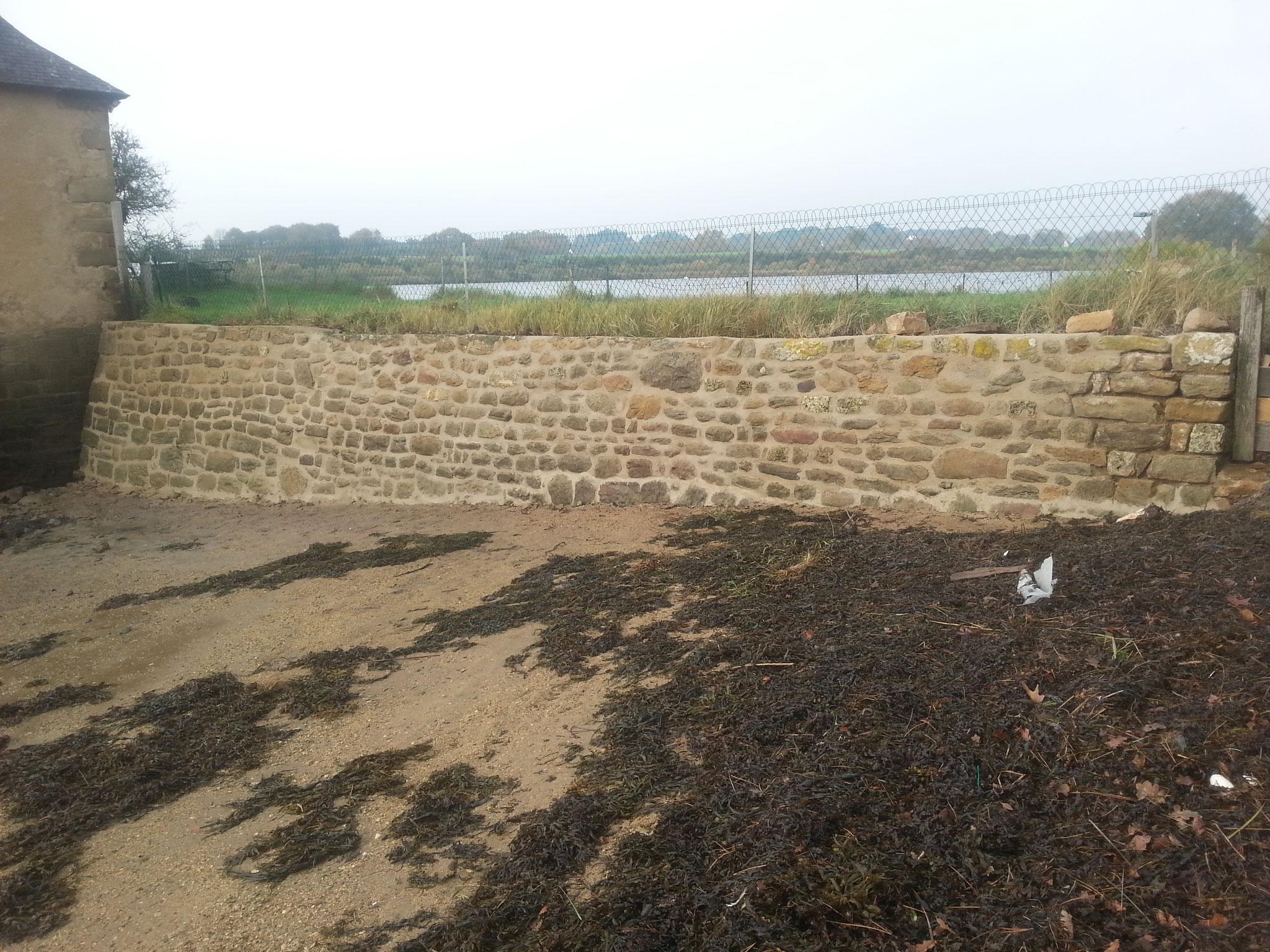 jointoiement de moellons sur mur de digue