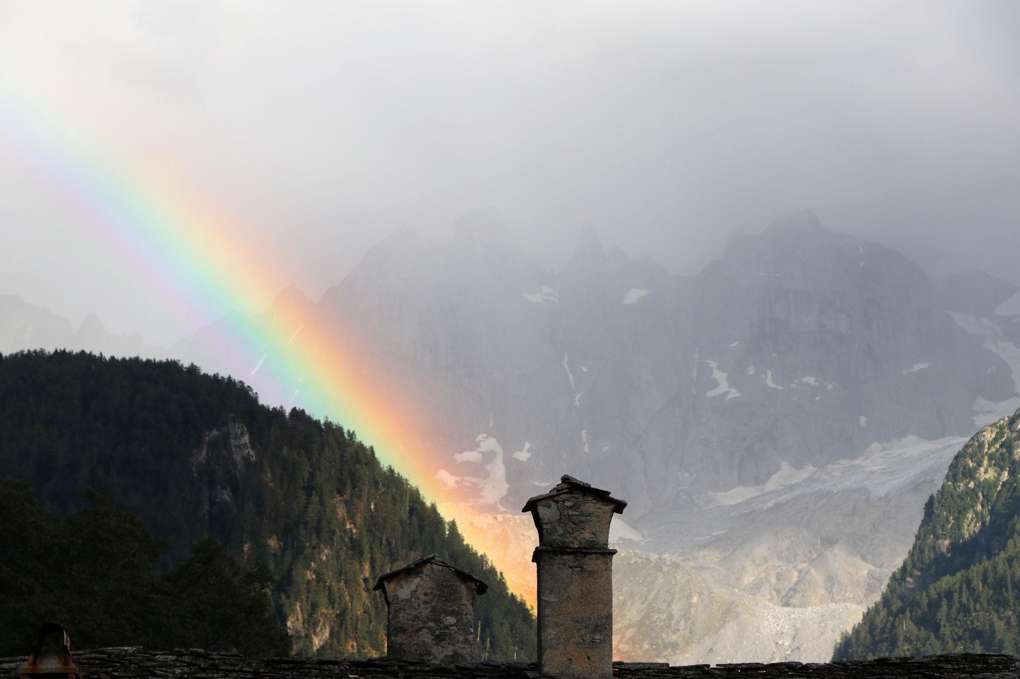 Regenbogen über den Sciora-Bergen