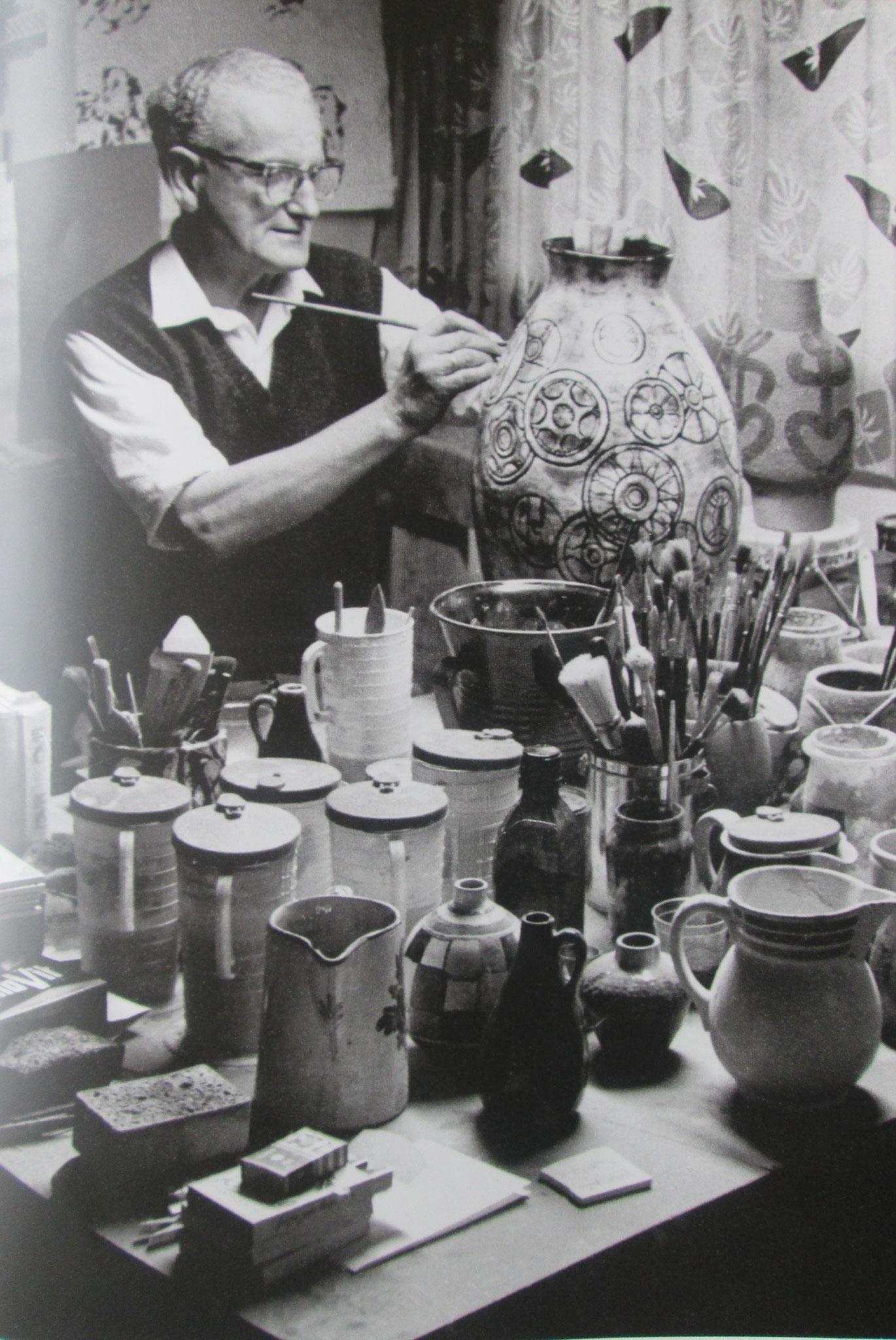 Gustav Spörri beim Verzieren von Keramik in seinem Atelier...