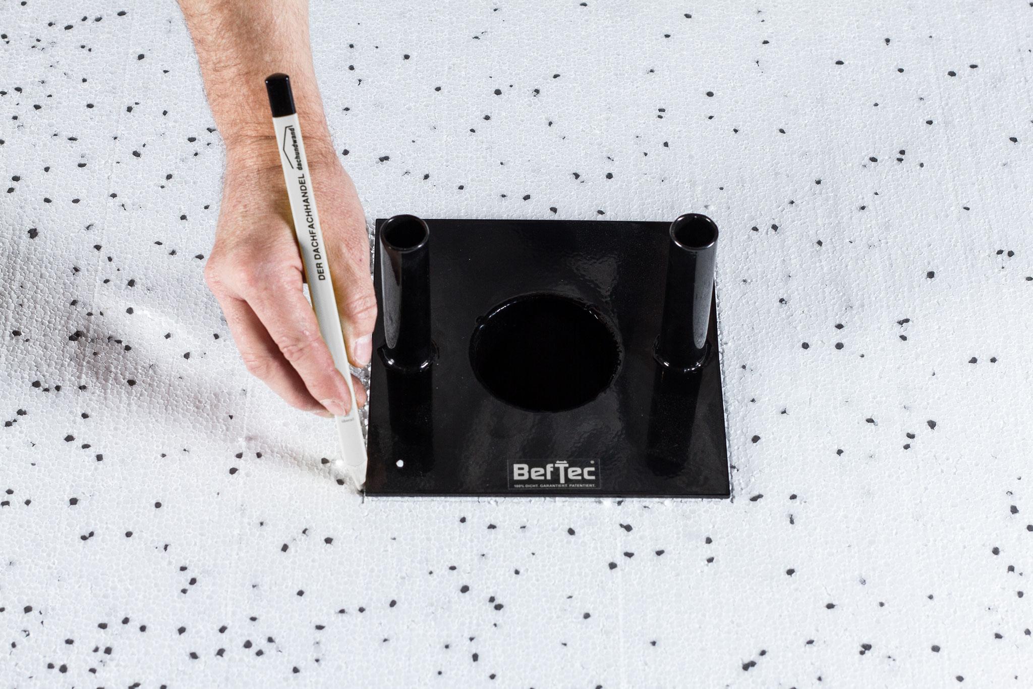 Anzeichnen der Ausnehmung für die Grundplatte der UK II mit dem BefTec-Handschneider.