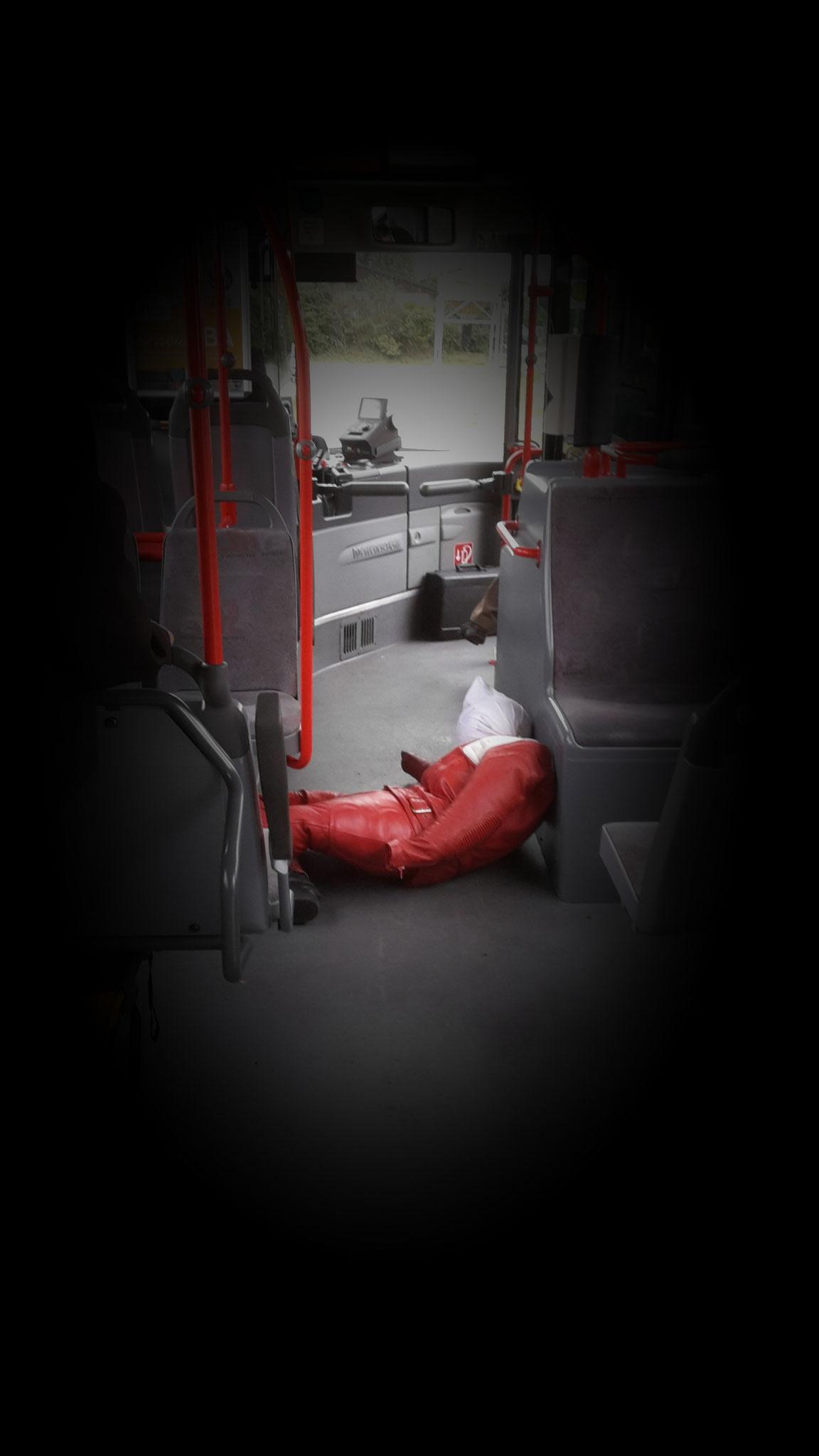 Lieber festhalten! Manchmal muss ein Bus plötzlich bremsen!