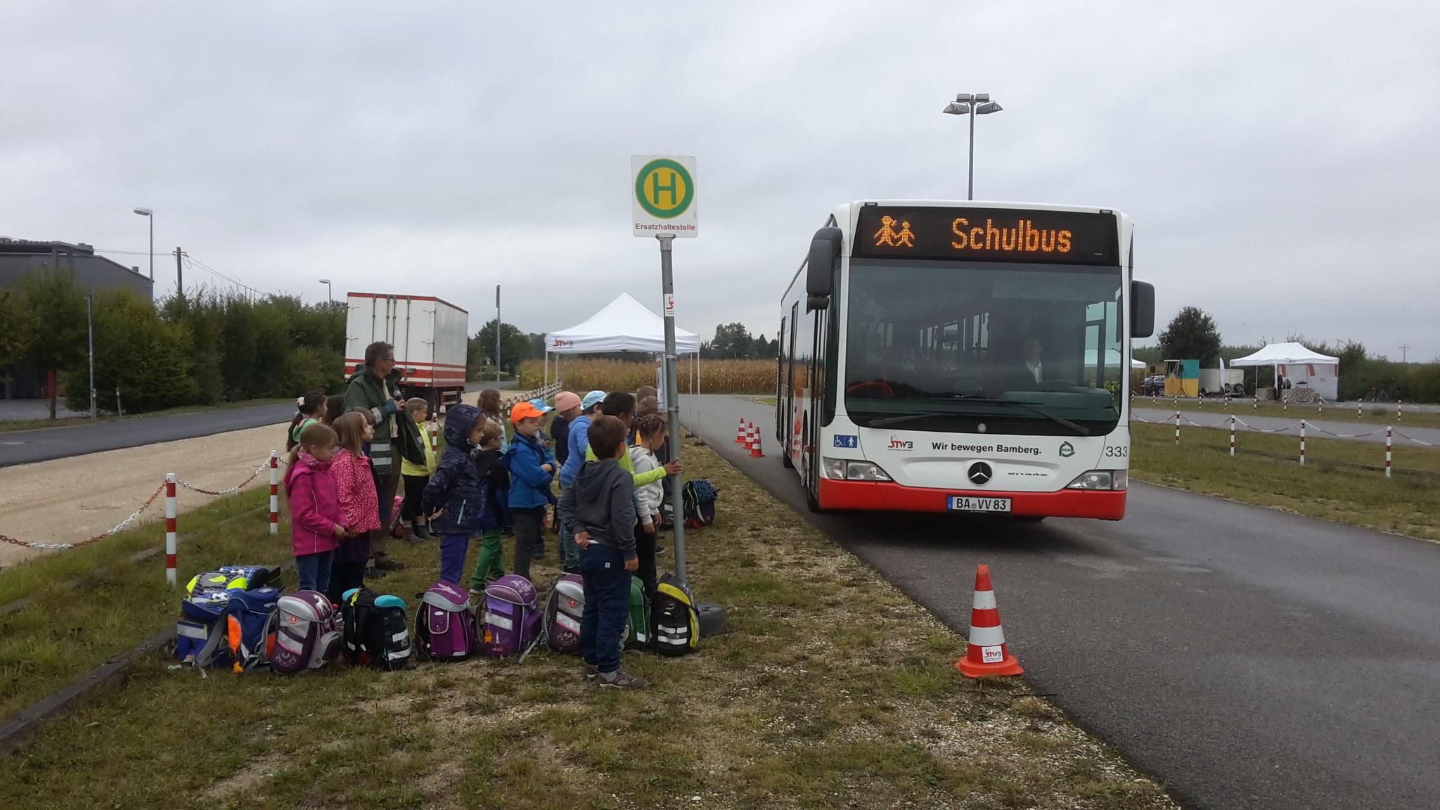 Wenn der Bus kommt, müssen wir Abstand zum Straßenrand halten, ...