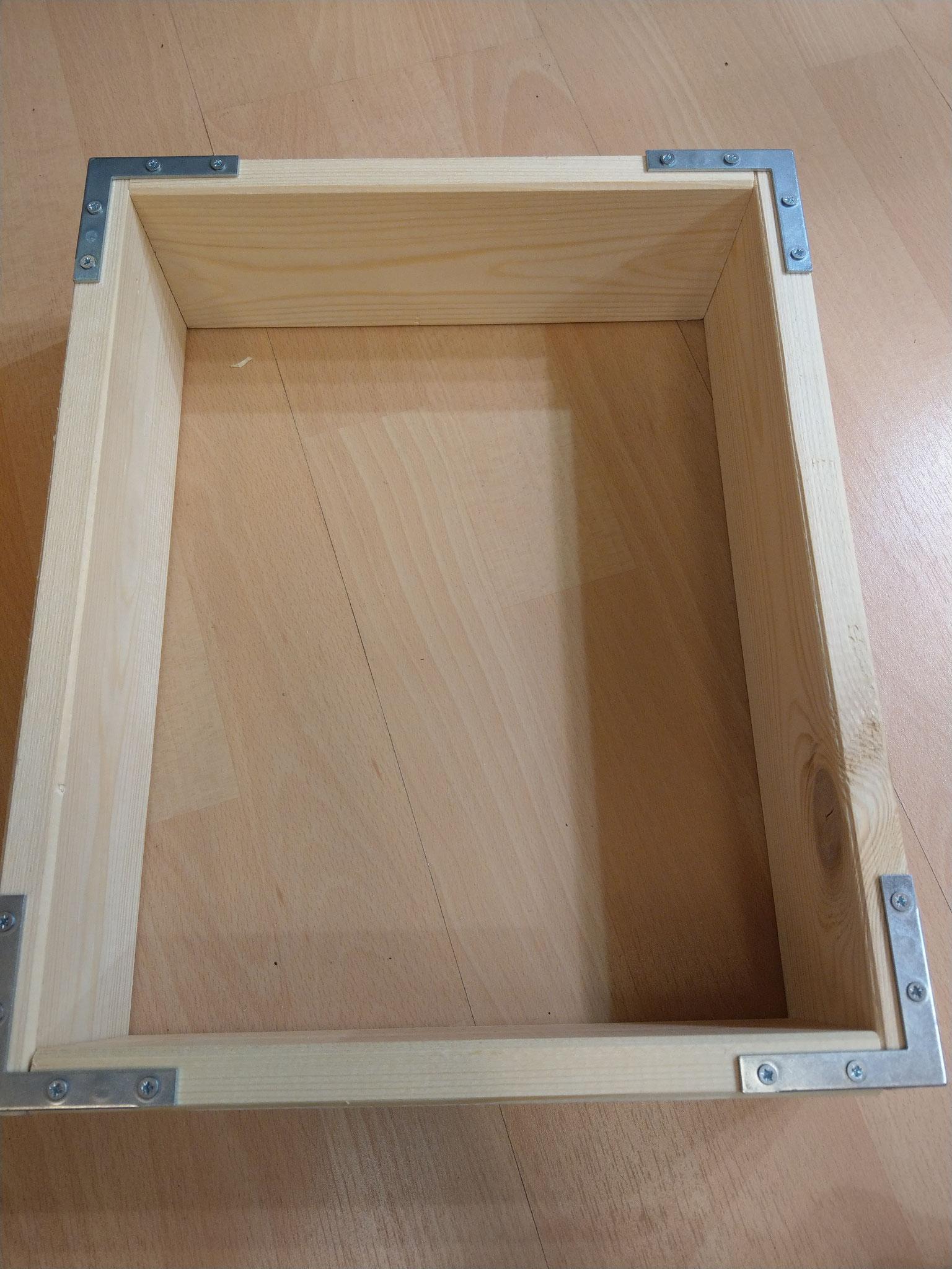 ... und auf einer Seite mittels Winkel fixiert. Danach können mittels weiteren Bretter mehrere Abteilungen ...