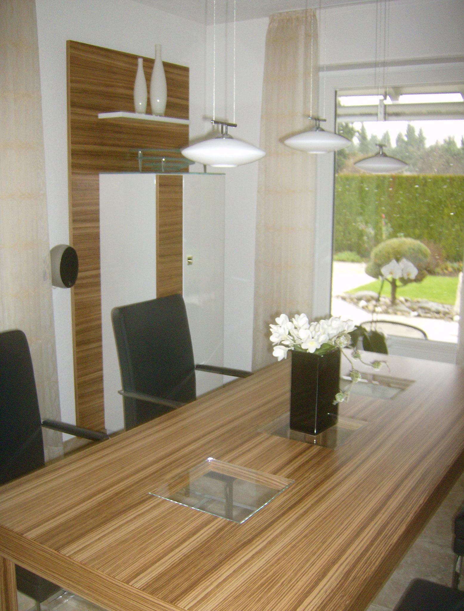 Tisch mit Glasplatten, Wandverkleidung & Schrank