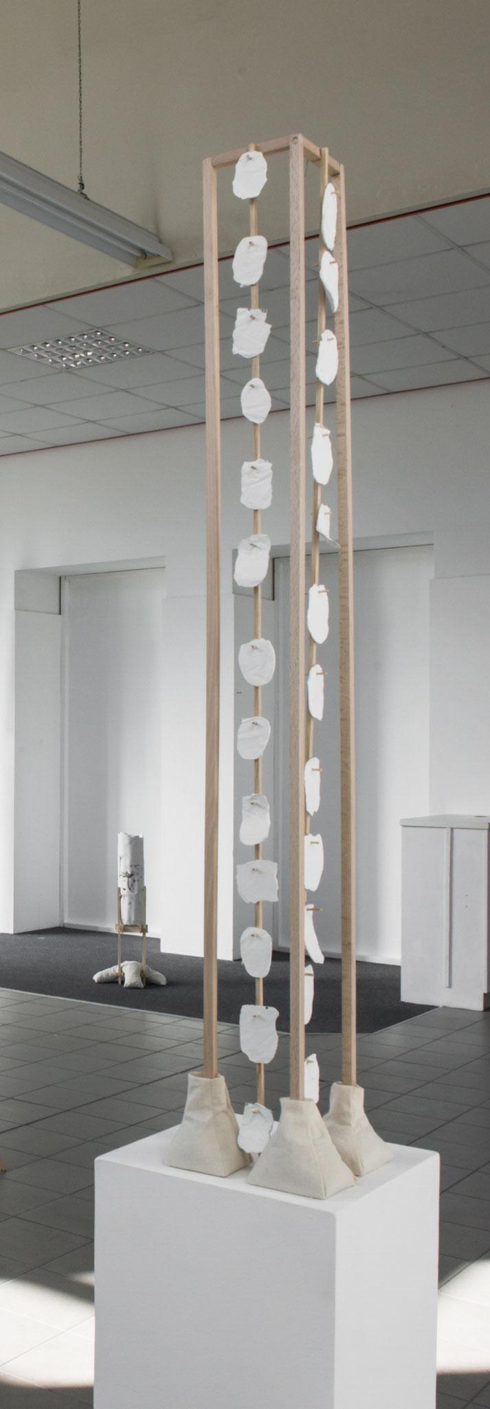 Ornament_Holz, Zement, Stoff, Sand_95 x 20 x 20 cm_2018_Foto: Gabi Rottes