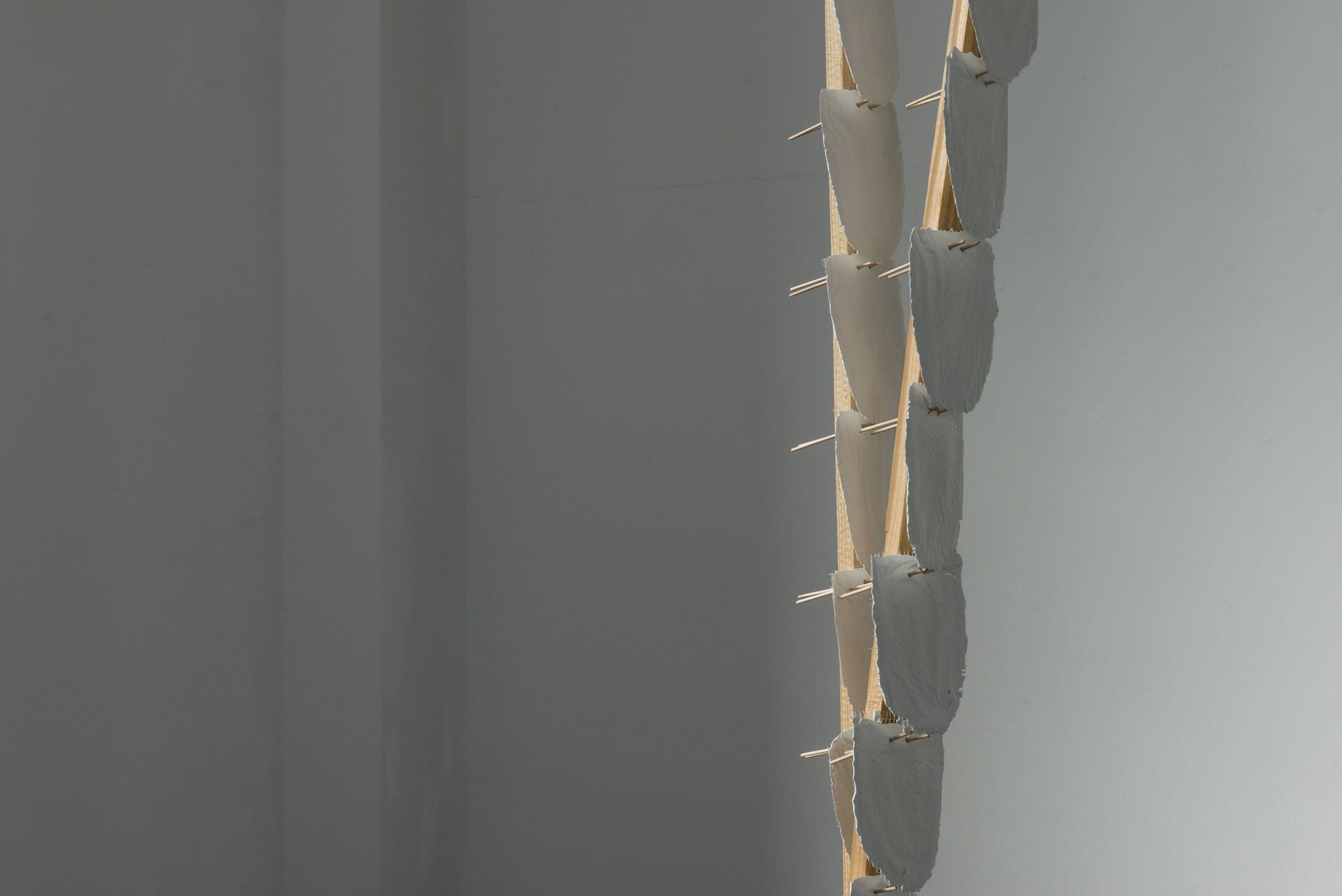 Elfenbeinturmvorrichtung Nr2_Holz, Gewebe,Zement,Stoff, Steine_einzelnes Element 300 x 75 x 30 cm_2017_Foto: Gabi Rottes