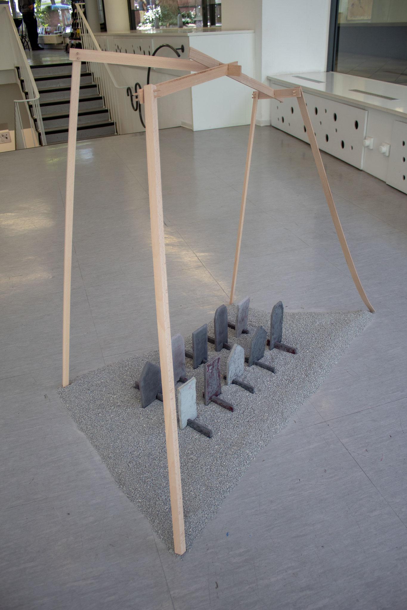 Polis_2018_Holz, Betonguss, Asphaltsplitter_ca.140 x 160 x 80 cm