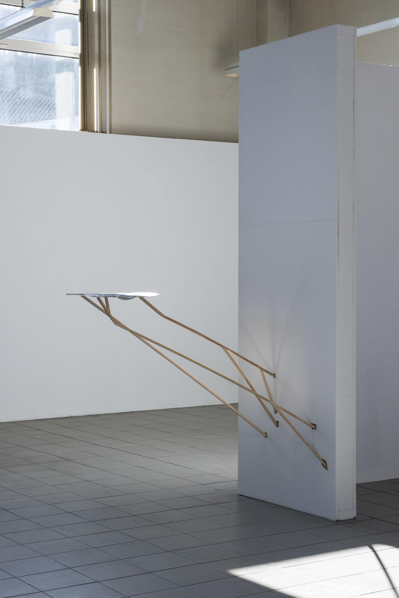 servieren_Zement, Gewebe, Holz_120 x 56 x 130 cm_2018_Foto: Gabi Rottes