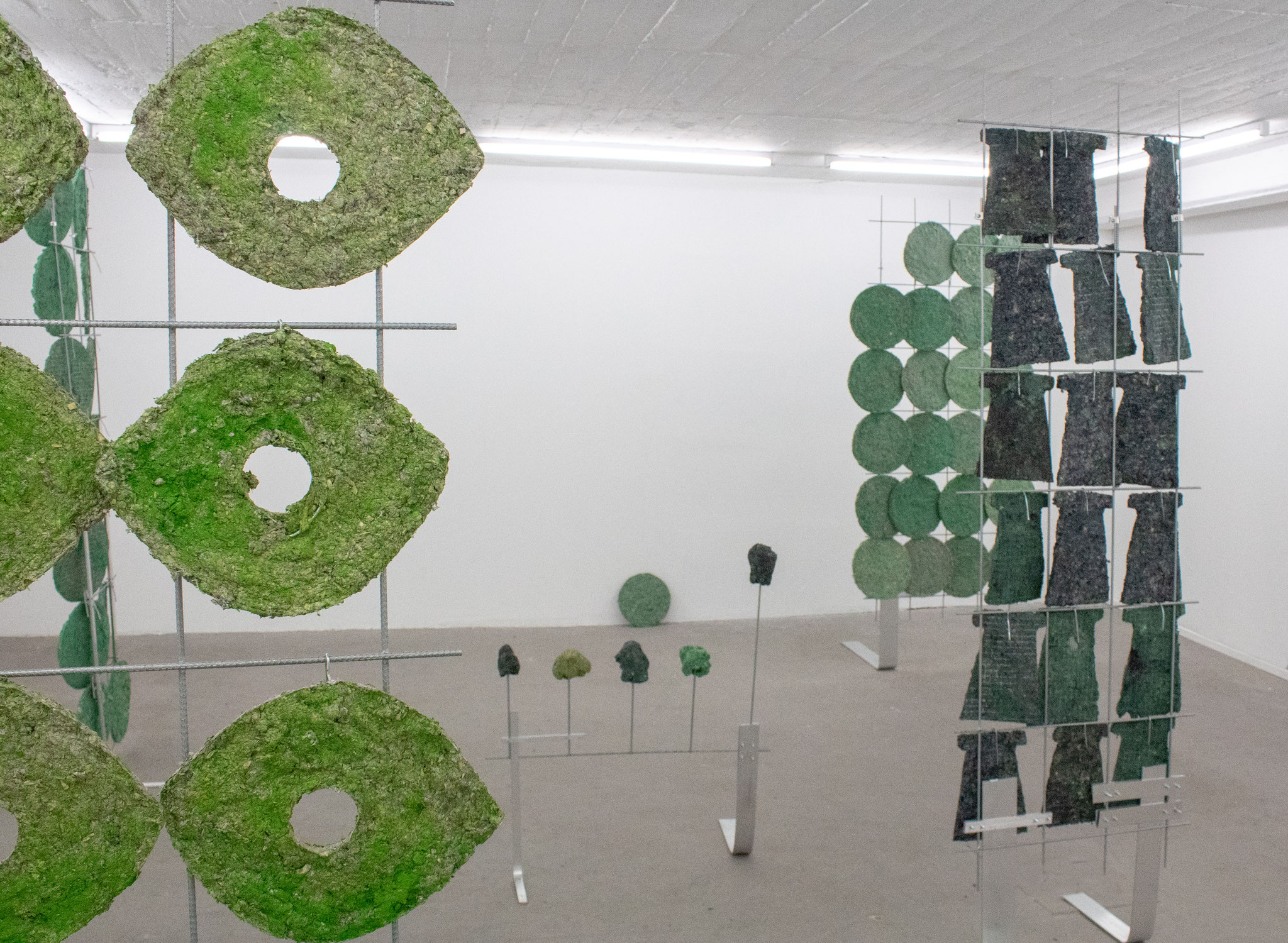 Ausstellungsansicht_Britta Frechen_Boskett_Installation mit div. Elementen_2019