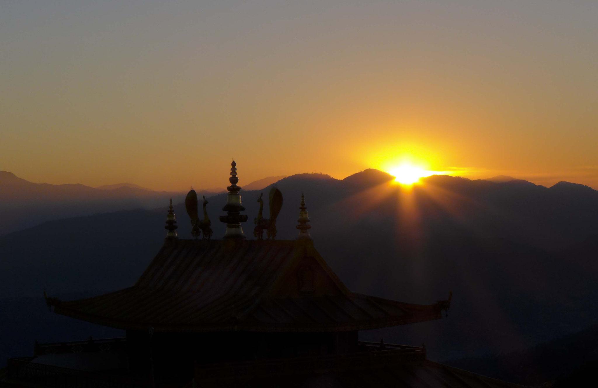 Über dem Dach der Welt geht die Sonne auf.