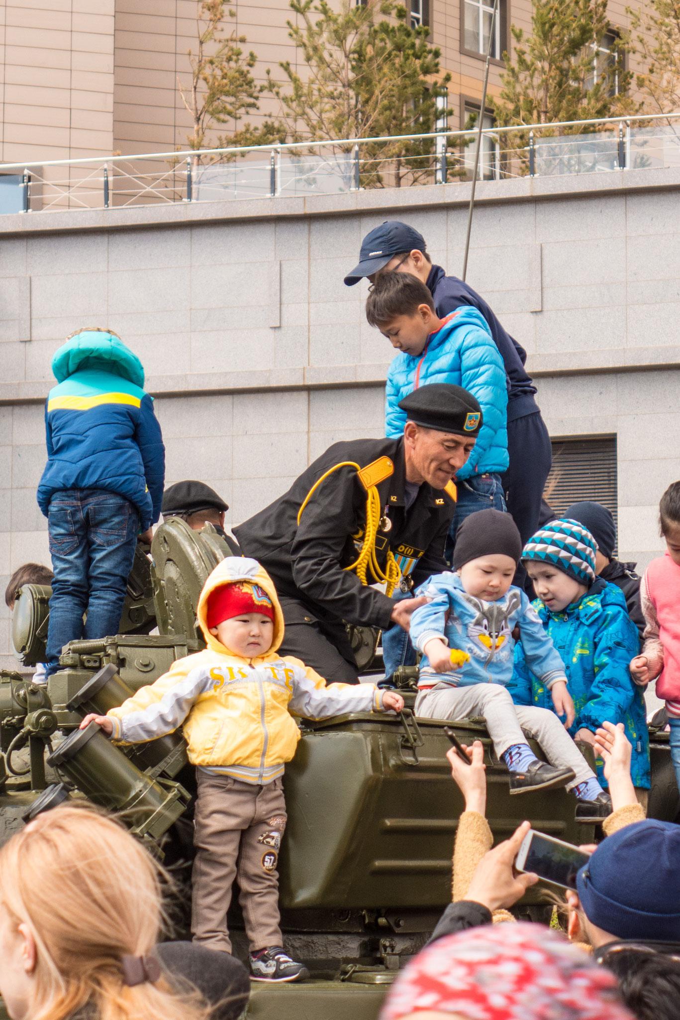Aber am Ende übernehmen die Kinder die Panzer :)