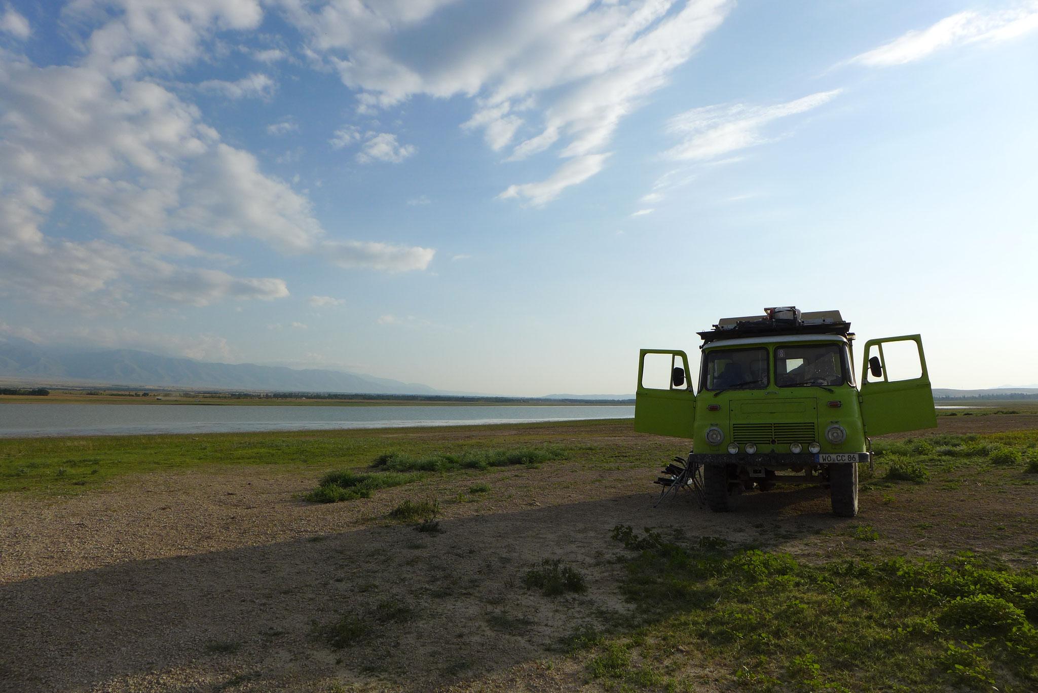Richtung Almaty finden wir dann noch einen See zum Übernachten.