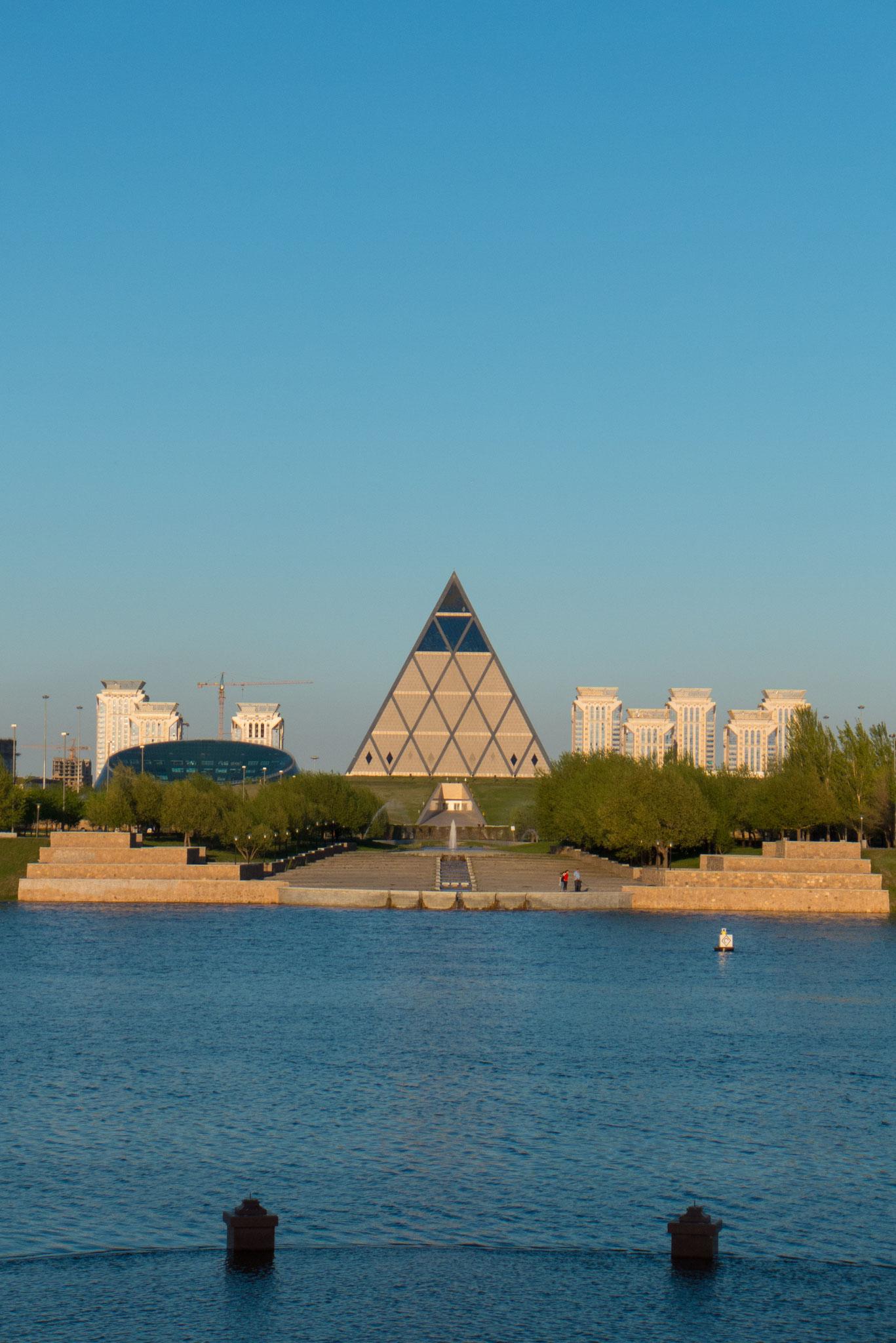 In der Pyramide des Friedens treffen einmal jährlich die höchsten kasachischen Vertreter aller Religionen zusammen.