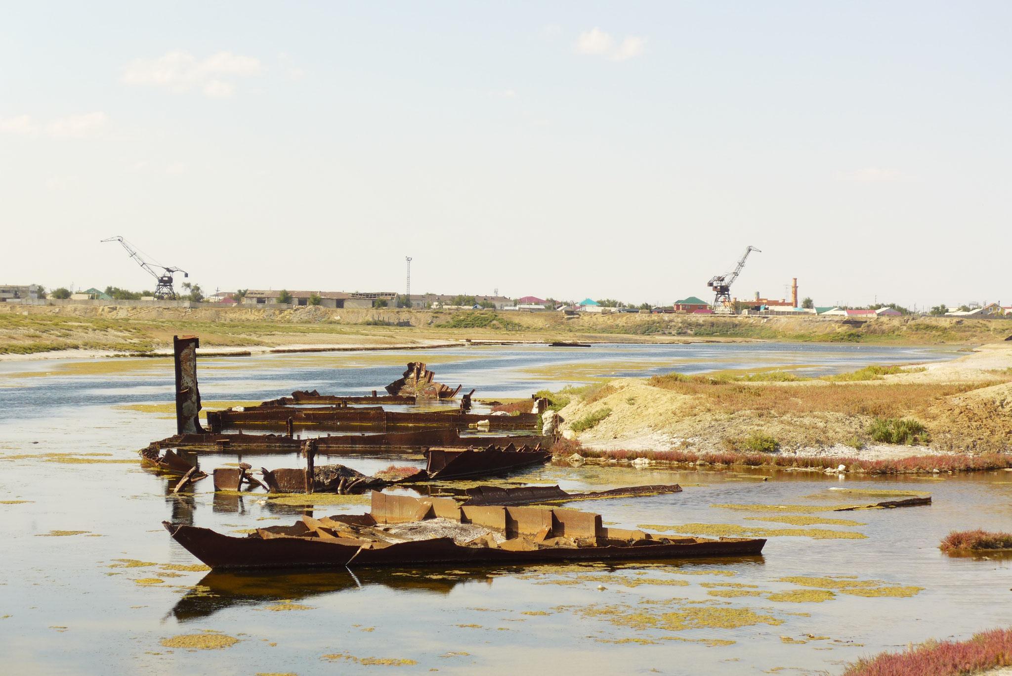 Der Aralsee bei Aral'sk. Der Hafen ist nur noch eine Pfütze. Die Schiffe haben die Hoffnung auf die Rückkehr des Sees längst aufgegeben.