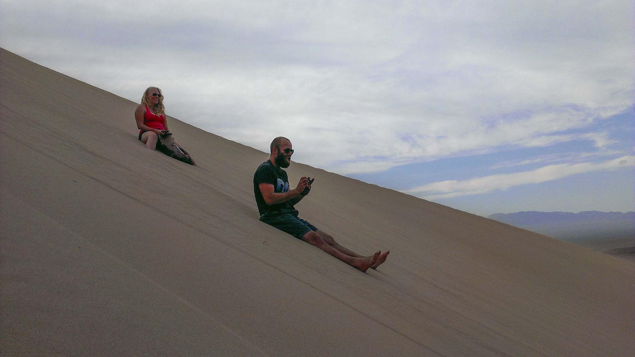 Bergab kommt dann der Ahha-Effekt: Die Düne Brummt bei jedem Schritt und besonders lustig, wenn man auf dem Hintern runter rutscht :D :D :D