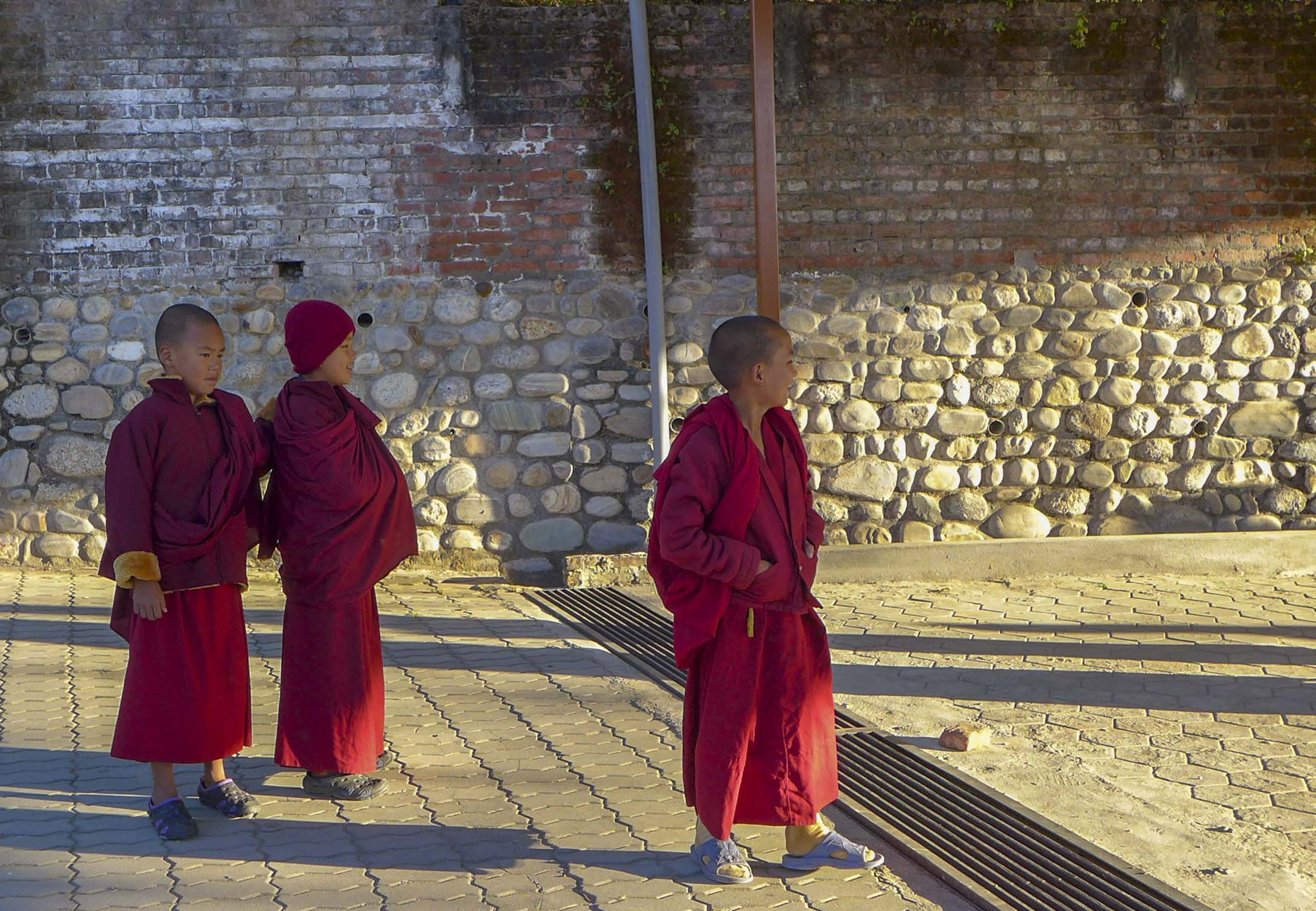 Die Kids bekommen eine Ausbildung und lernen die Grundregeln des Buddhismus kennen, bevor sie sich mit Anfang 20 für ein Lebnen als Mönch entscheiden können.
