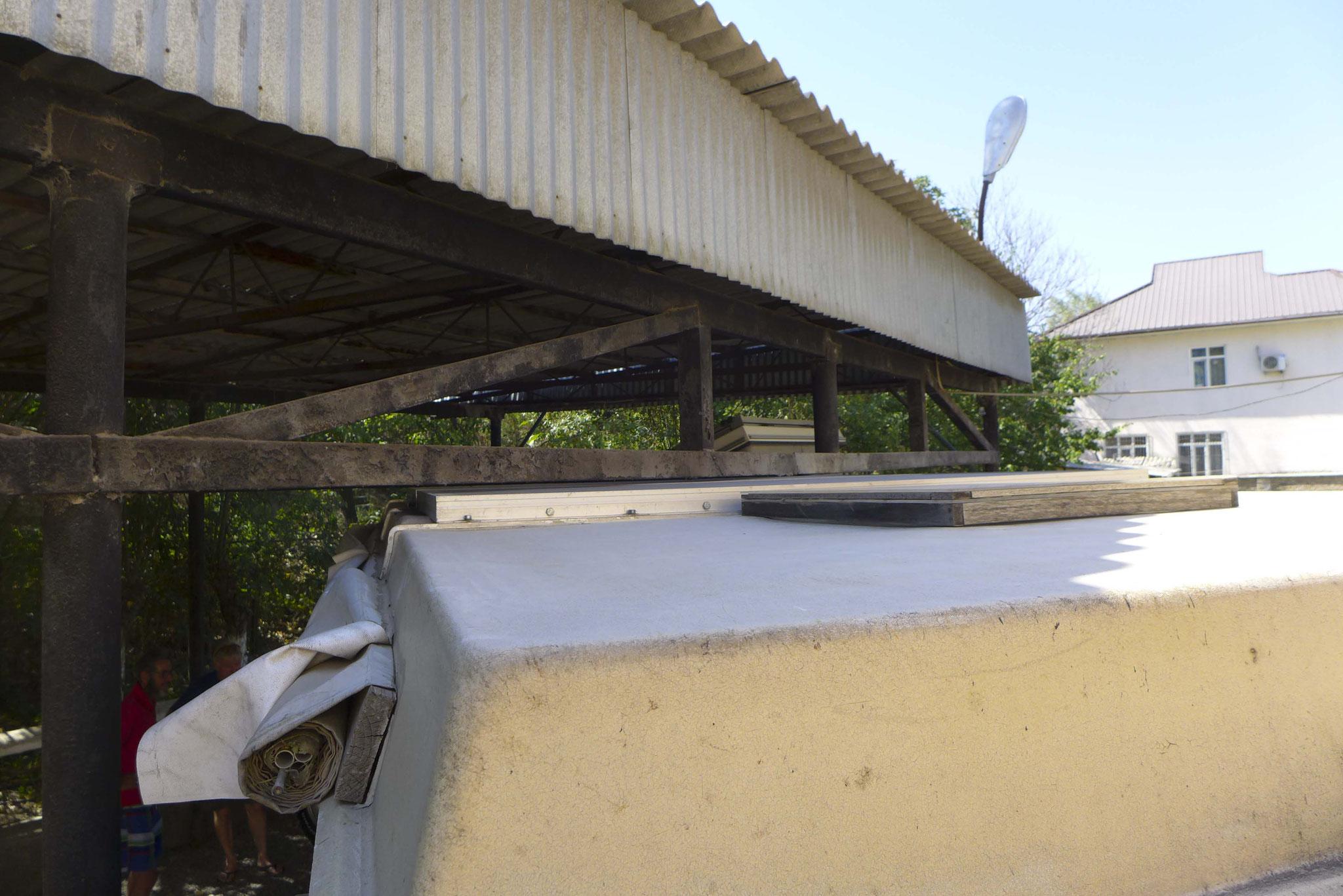 In Osh passen wir auf den Milimeter unters Dach.