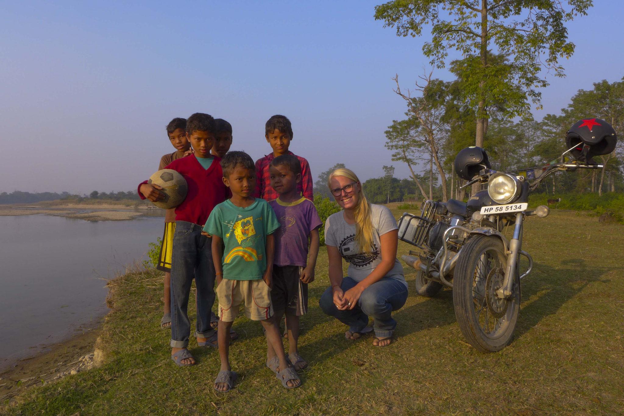 Die Tharu Kids freuen sich über den seltenen Besuch.