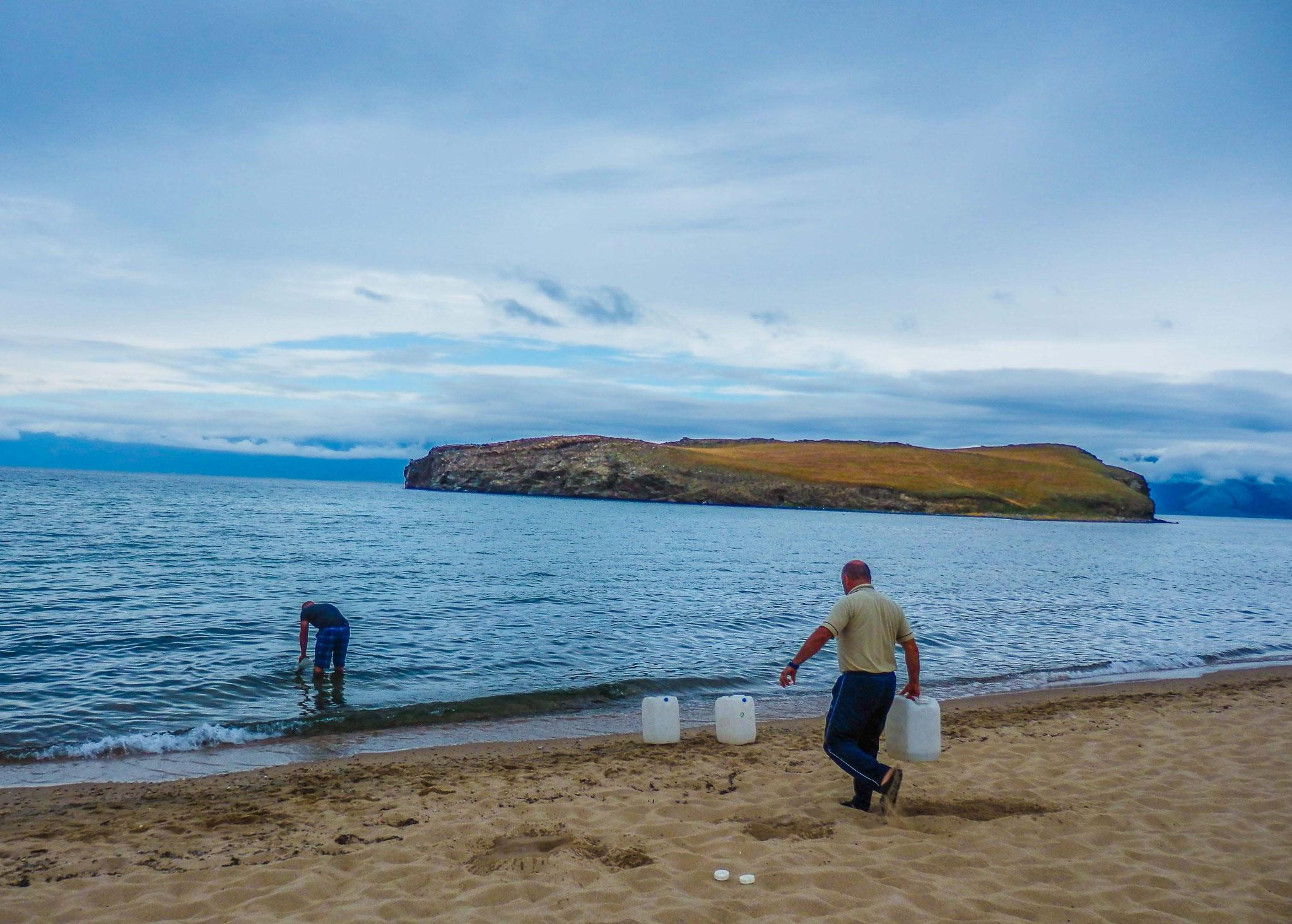 Wasser holen im Baikal