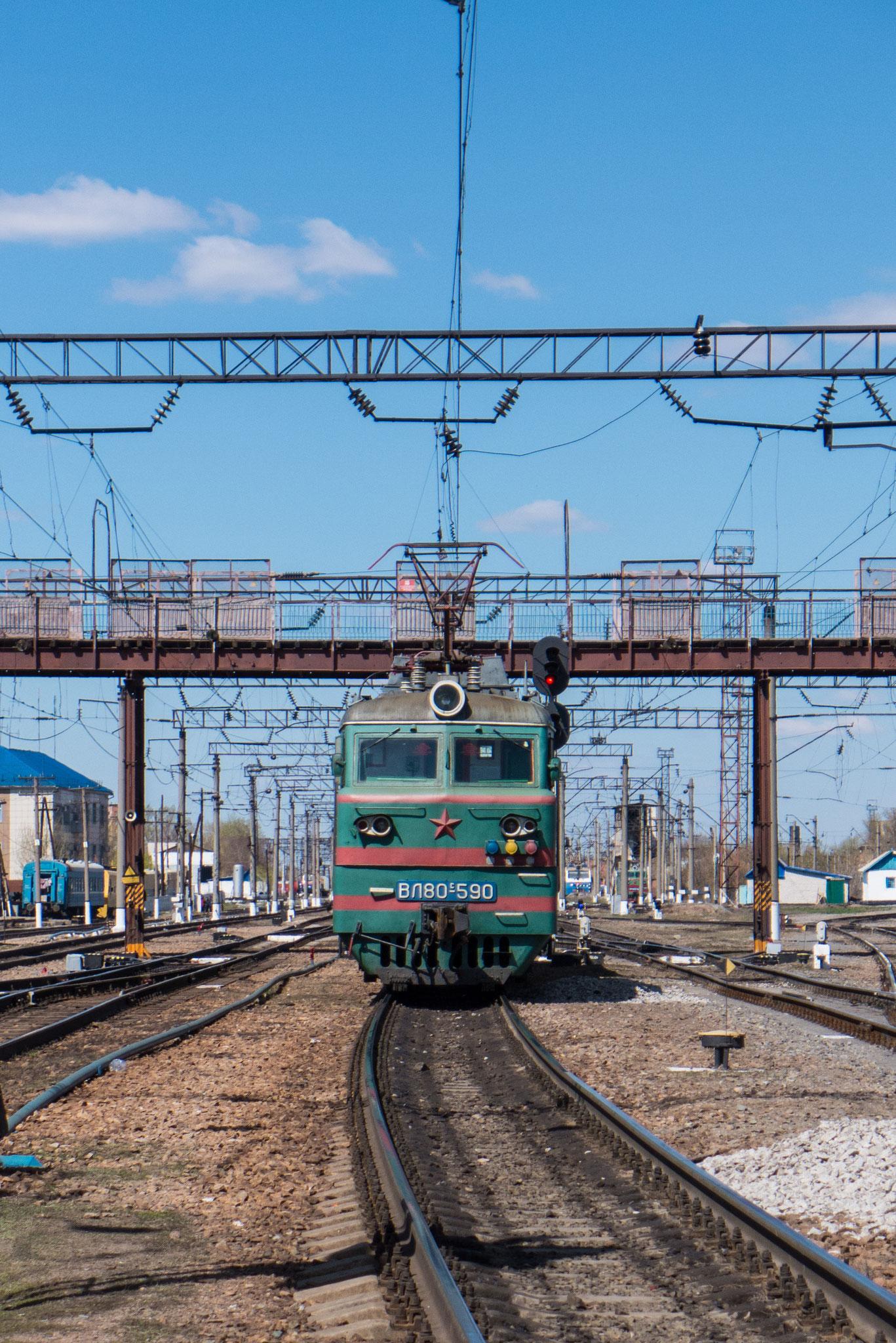 Bahnhof Astana, von außen wirken die Züge etwas veraltet, aber es fehlt an keinem Komfort.