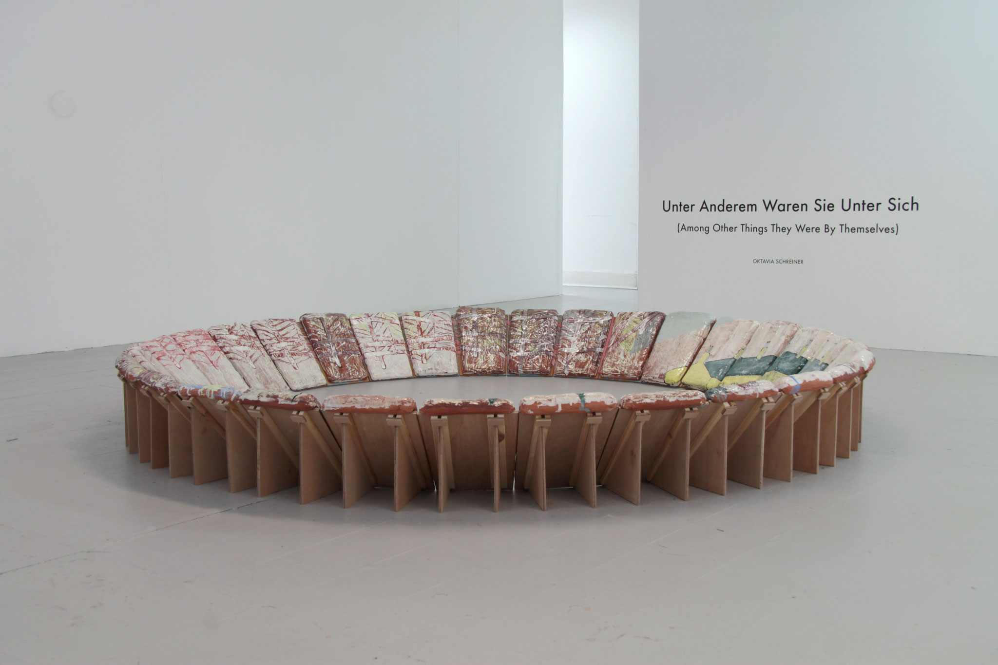 """Oktavia Schreiner, """"Unter Anderen Dingen"""""""", Keramik und Holz, 240 x 240 x 35 cm"""