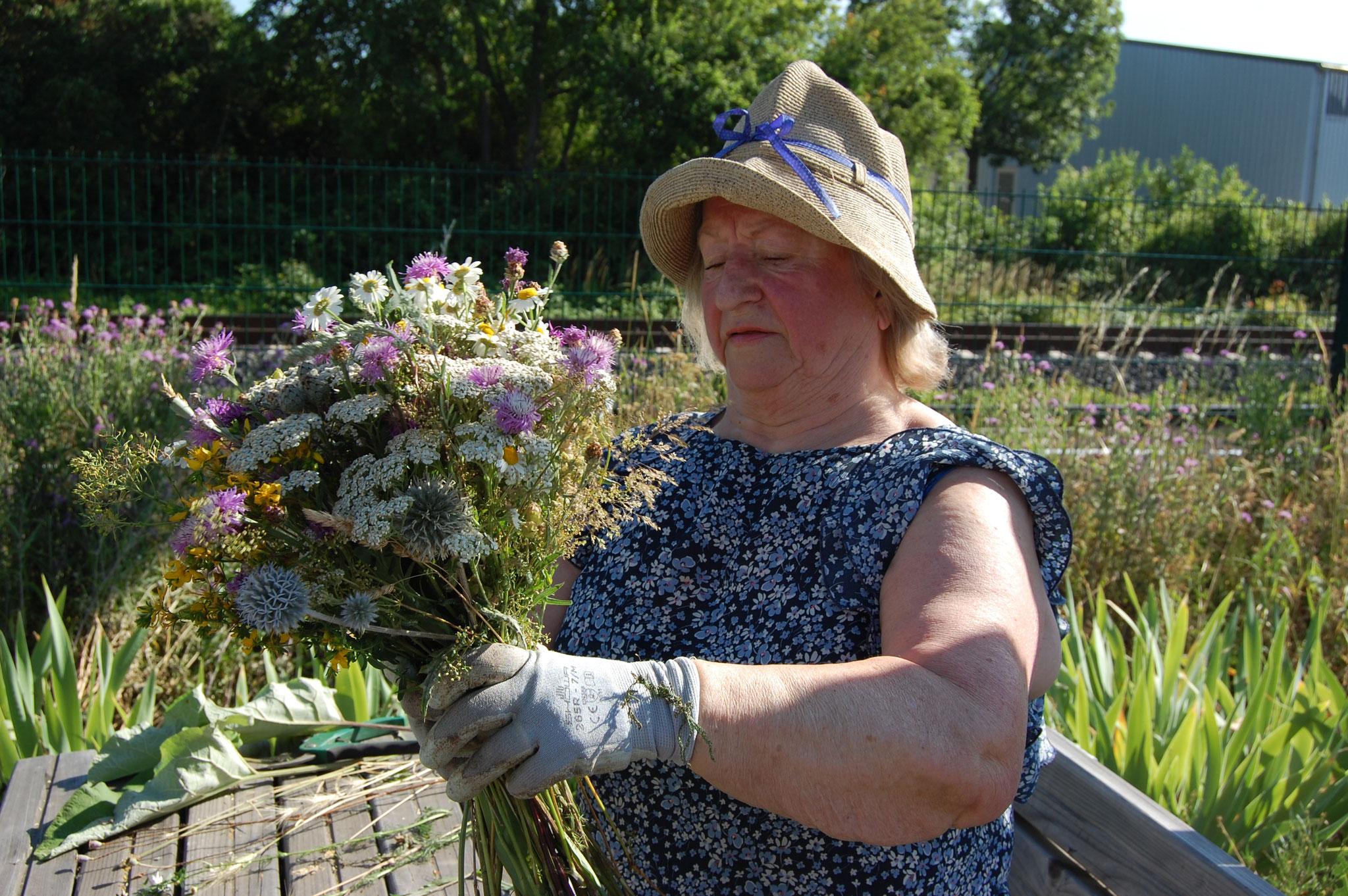 Naturfreundin Angelika Avenarius bindet Wildblumenstrauß, 2020