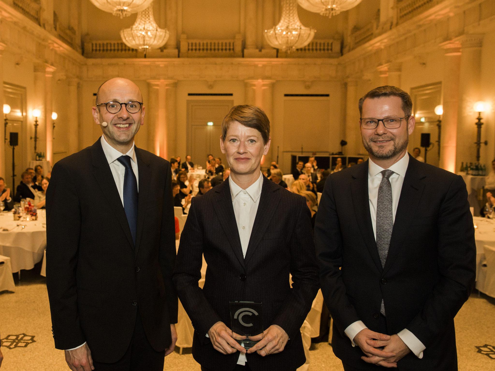 Von links: Lucas Flöther, Catherine Hoffmann, 3. Platz Journalismuspreis, Dirk Andres © 2018 Sven Döring