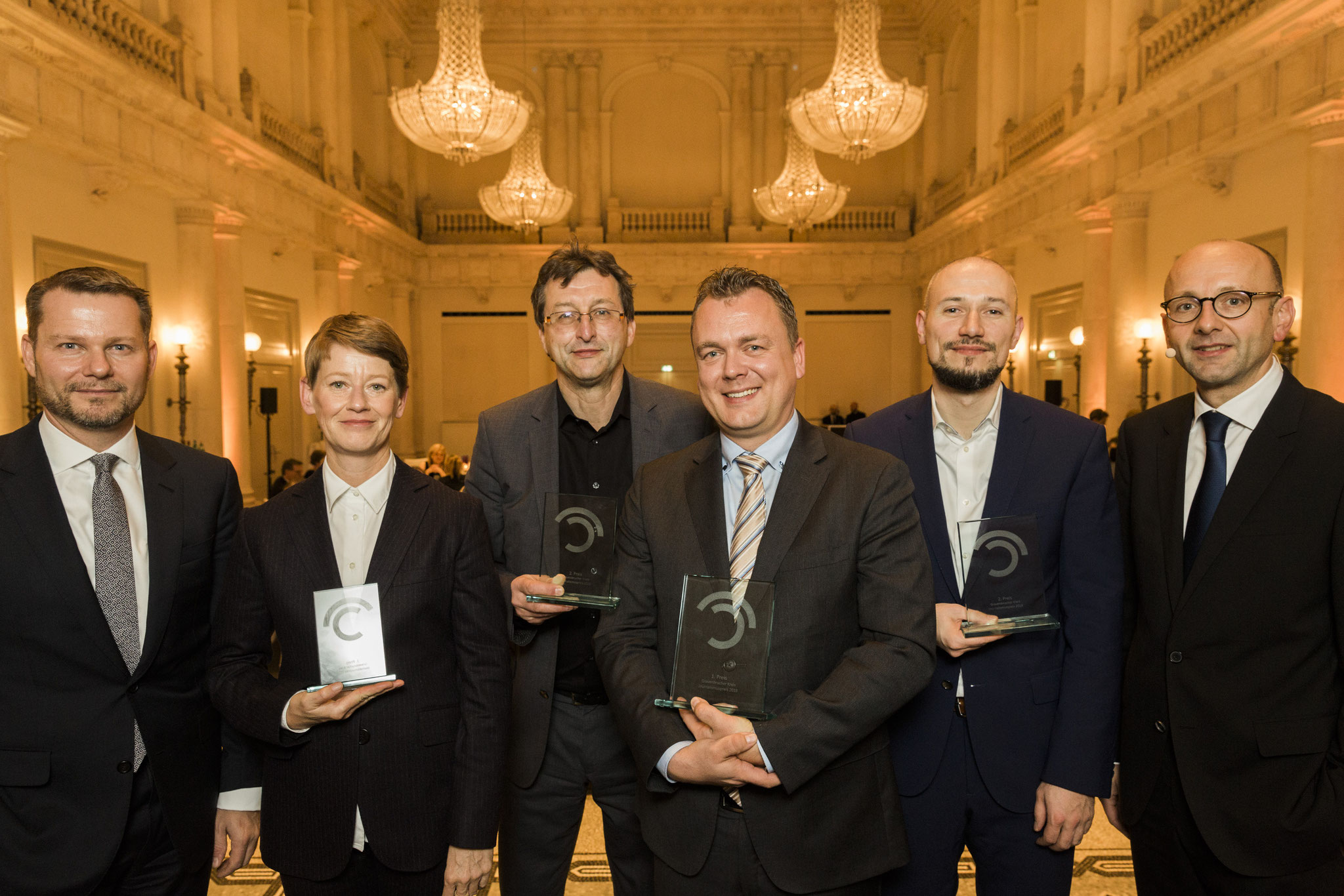 Dirk Andres, Catherine Hoffmann, Martin-Werner Buchenau, Lars Petersen, Anis Micijevic, Lucas Flöther. Prize-winners and laudators Journalism Prize © 2018 Sven Döring