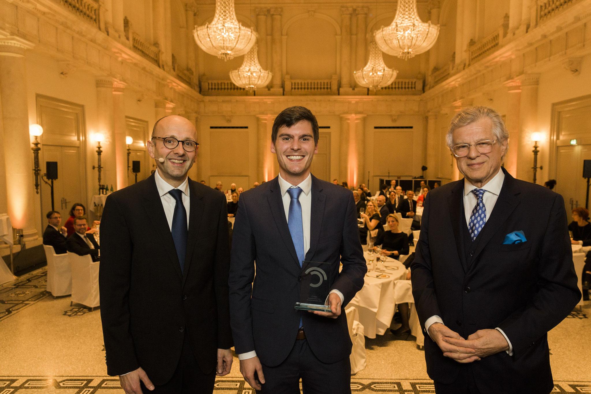 Von links: Lucas Flöther, Johannes Richter, 3. Platz Wissenschaftspreis, Bruno Kübler © 2018 Sven Döring