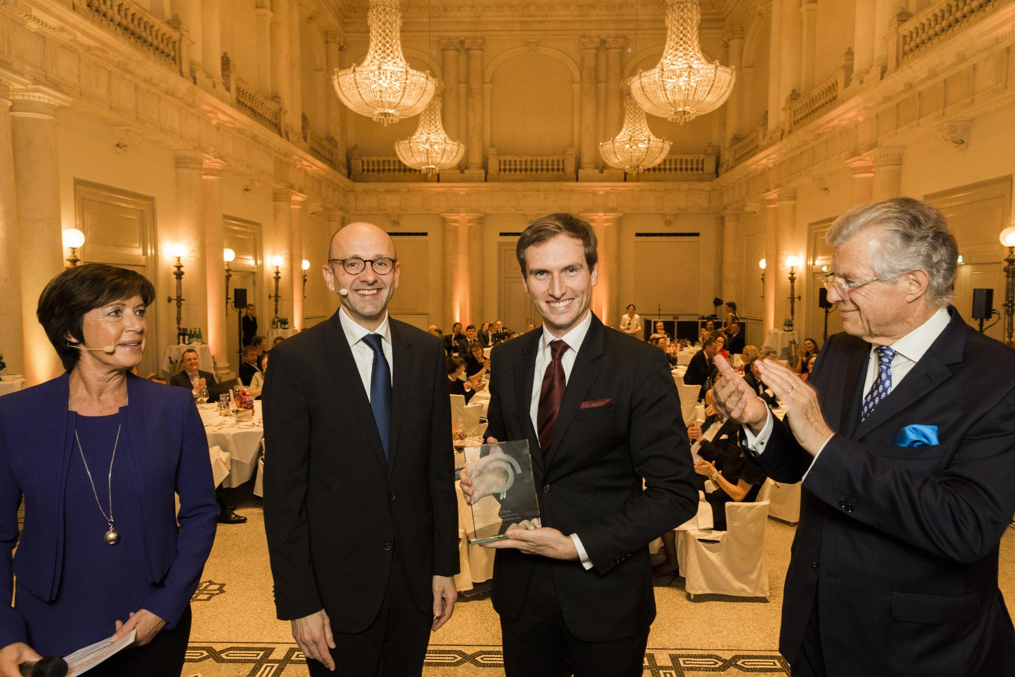 Von links:  Moderatorin Ursula Heller, Lucas Flöther, Patrick Keinert, 1. Platz Wissenschaftspreis, Bruno Kübler © 2018 Sven Döring