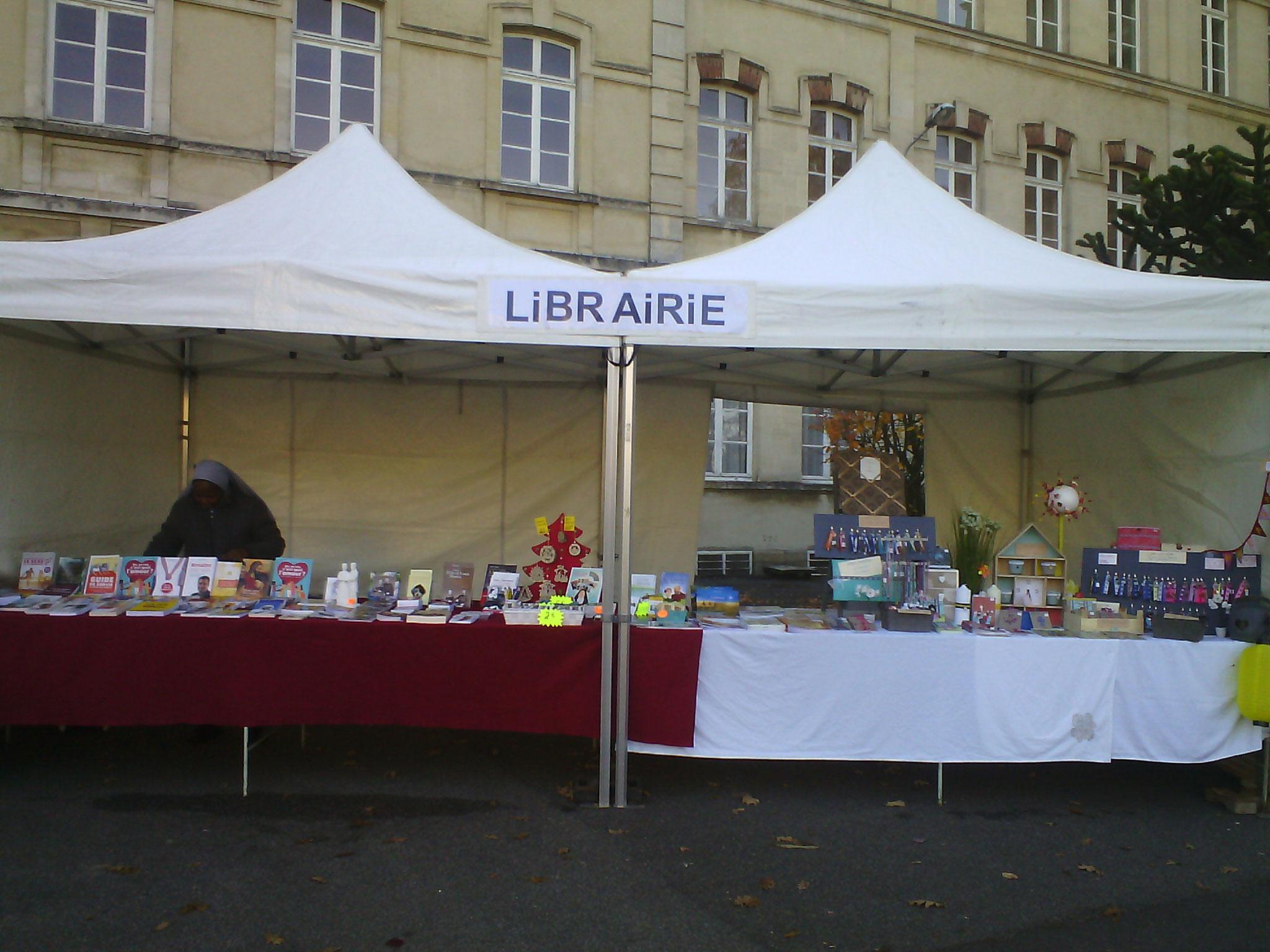Stand de la librairie où Fantaisie et créations était là avec les soeurs du sanctuaire