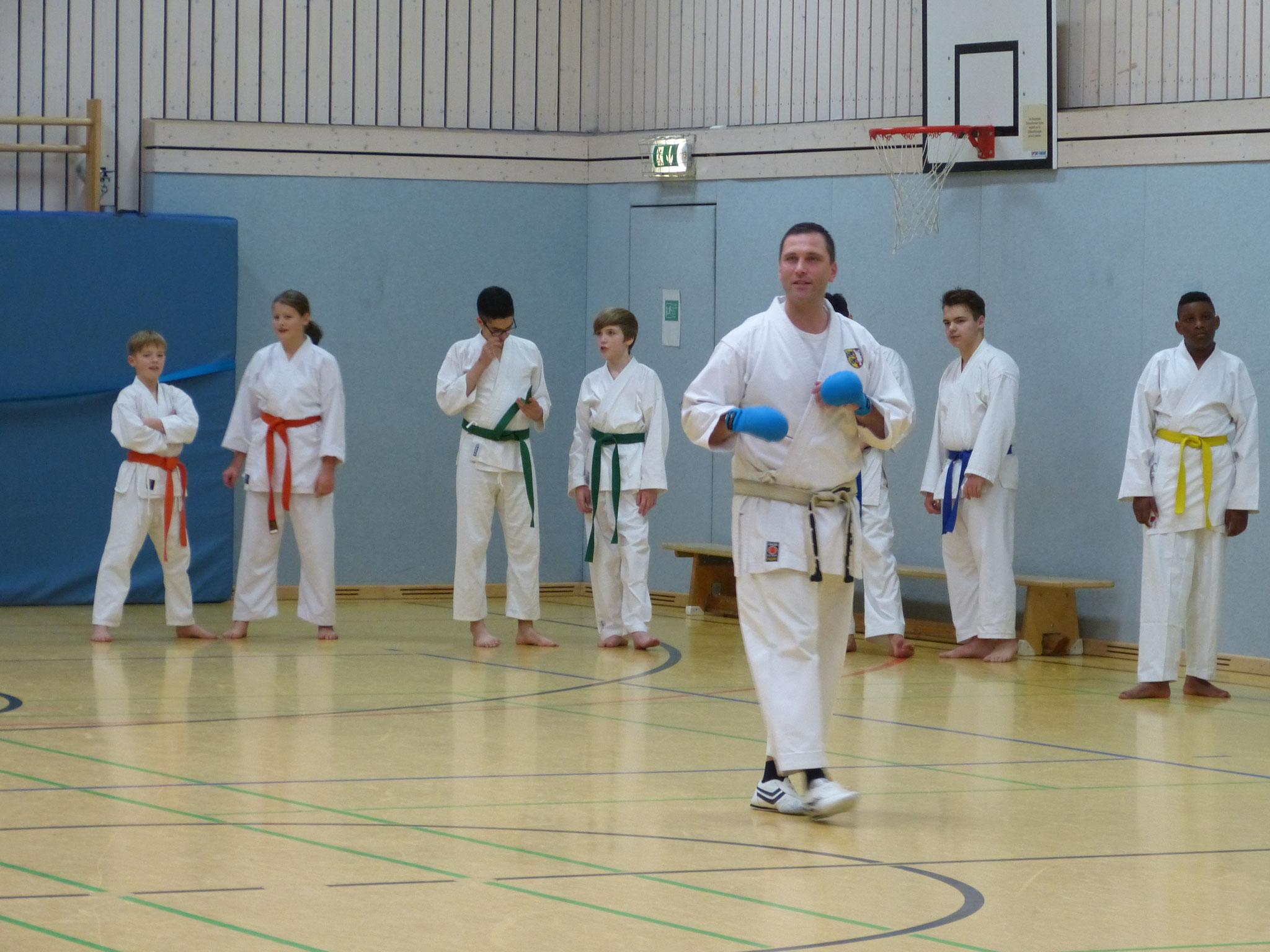 SH Landestrainer Kumite, Timo Stieger-Fleischer, bei dem Lehrgang parallel zum Turnier.