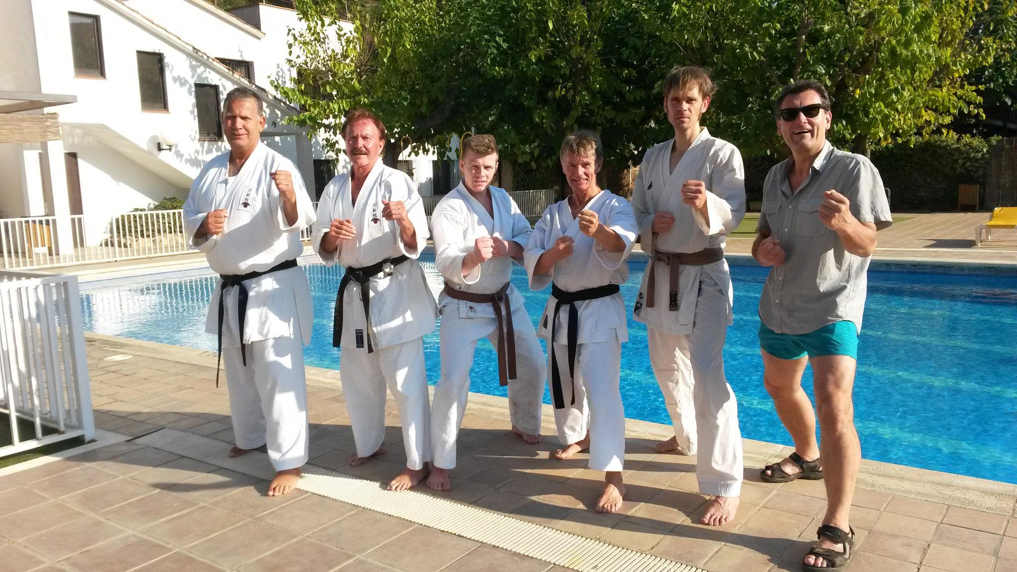 Prüflinge und Prüfer nach der Prüfung unter der Sonne Spaniens