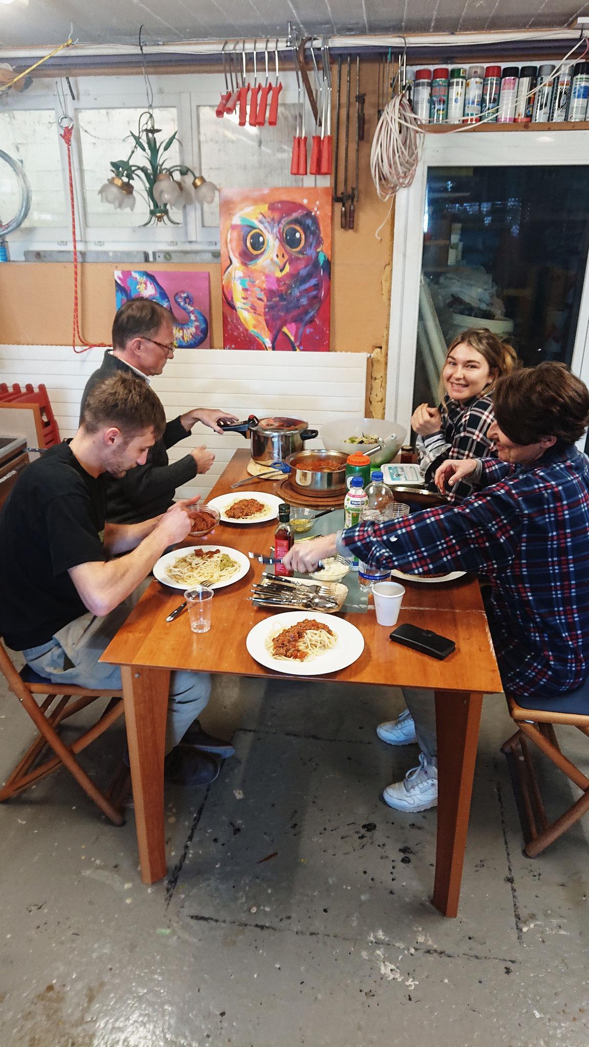 Zur Stärkung gibt es erstmals gut Spaghetti, lecker und viel wars. 16.02.2019