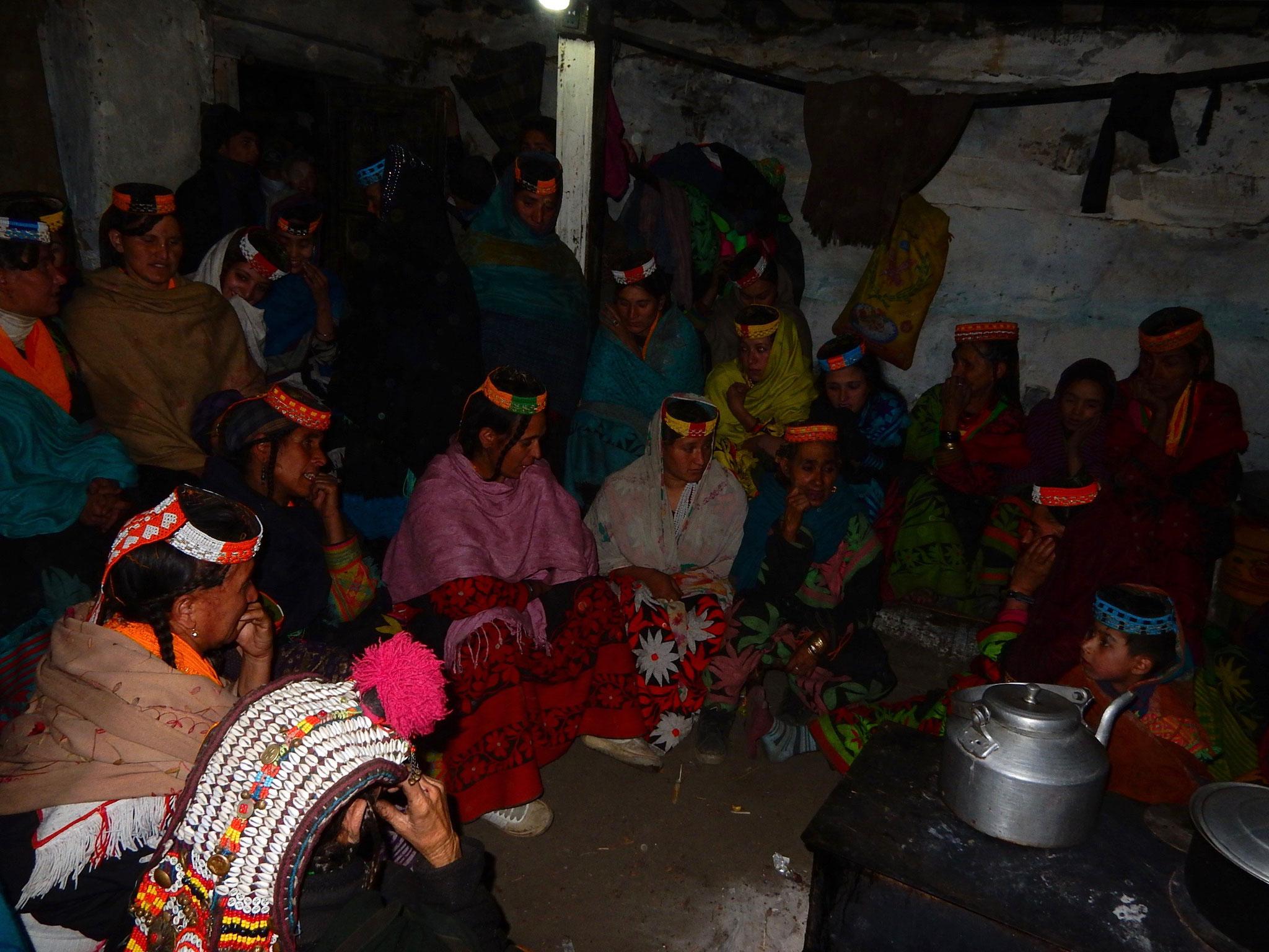 カラスに願掛け。村人が任意の家に集まって、徹夜で新年への祈願を歌う。夜明けに外に出て、最初に飛び立つカラスに割ったクルミと煮た豆を投げつける。うまく行くと良い年になるという。
