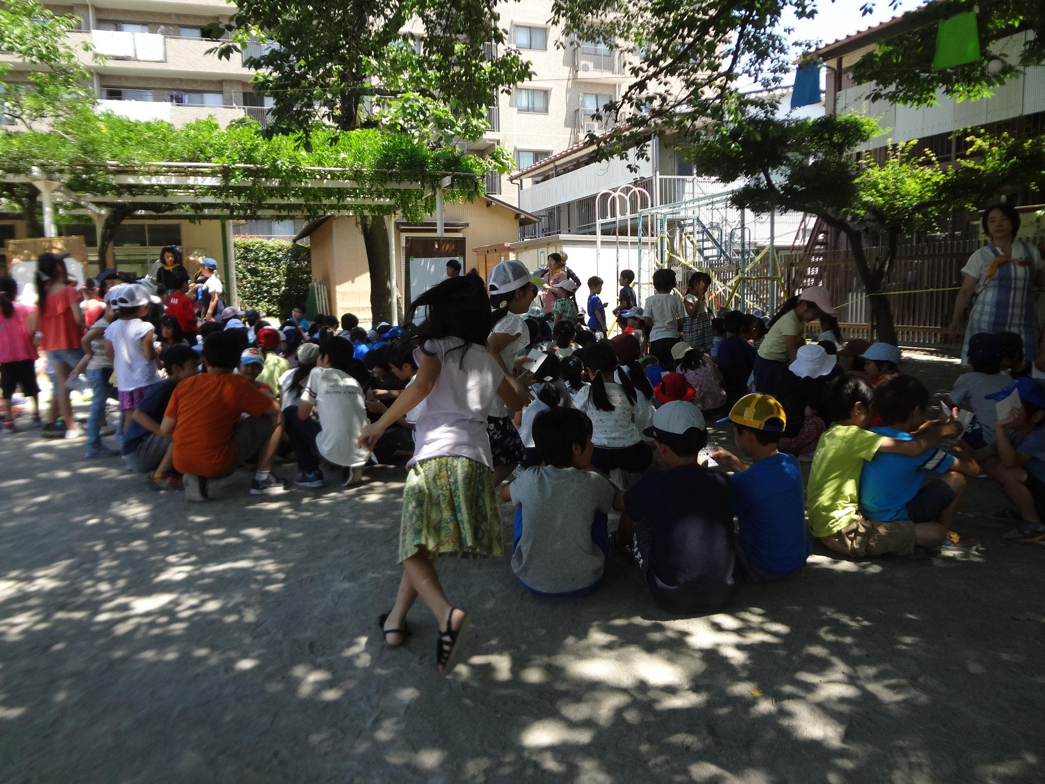午後はビンゴ大会でした。お手伝いの子どもたちが数字の読み上げなどに参加しています。