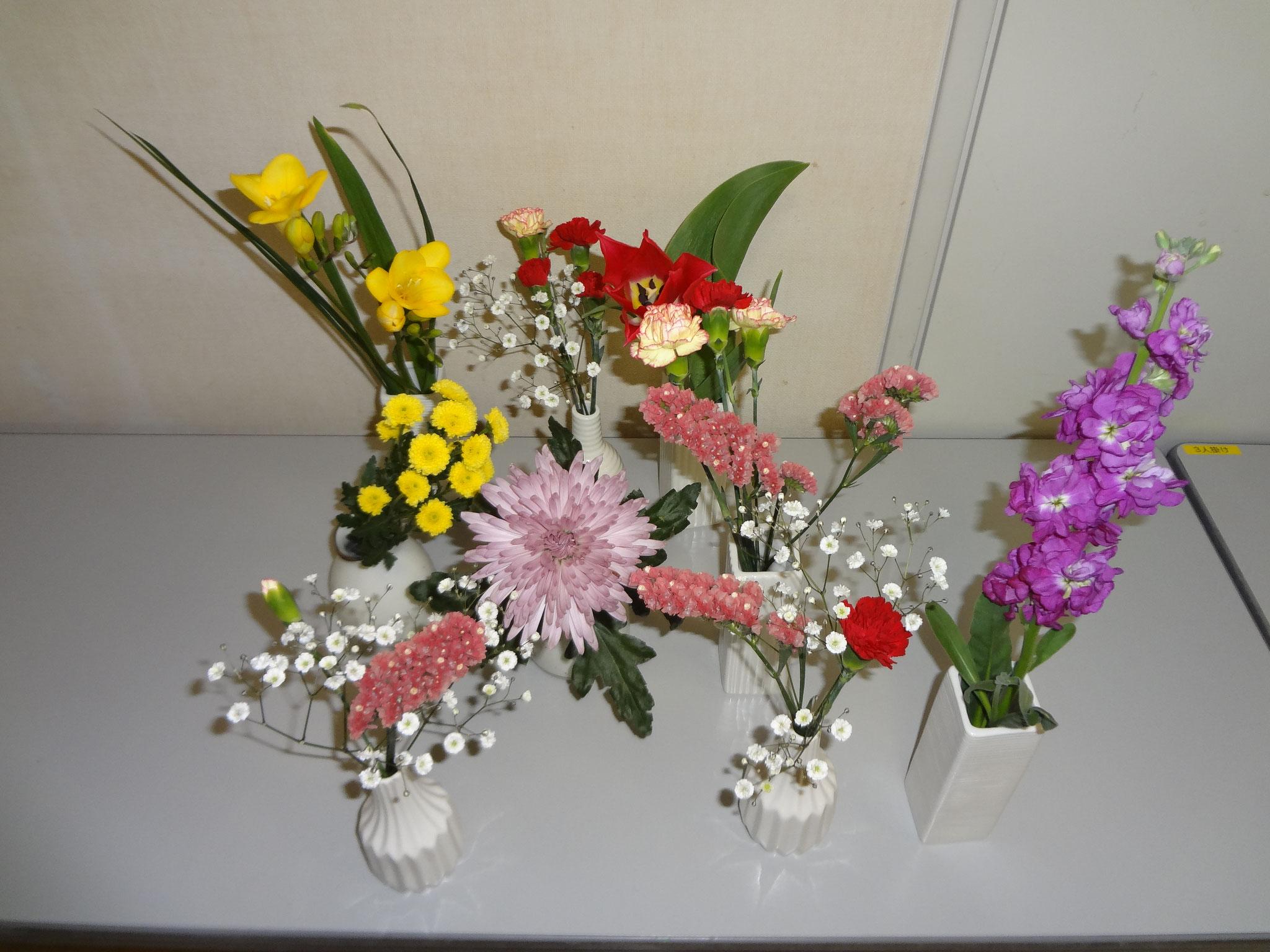 食卓に飾られた色とりどりの花たち。