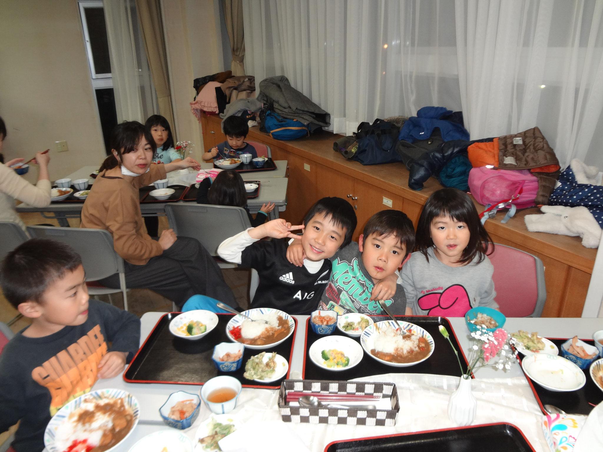 食事中ですがカメラを向けると、「ハイポーズ!」