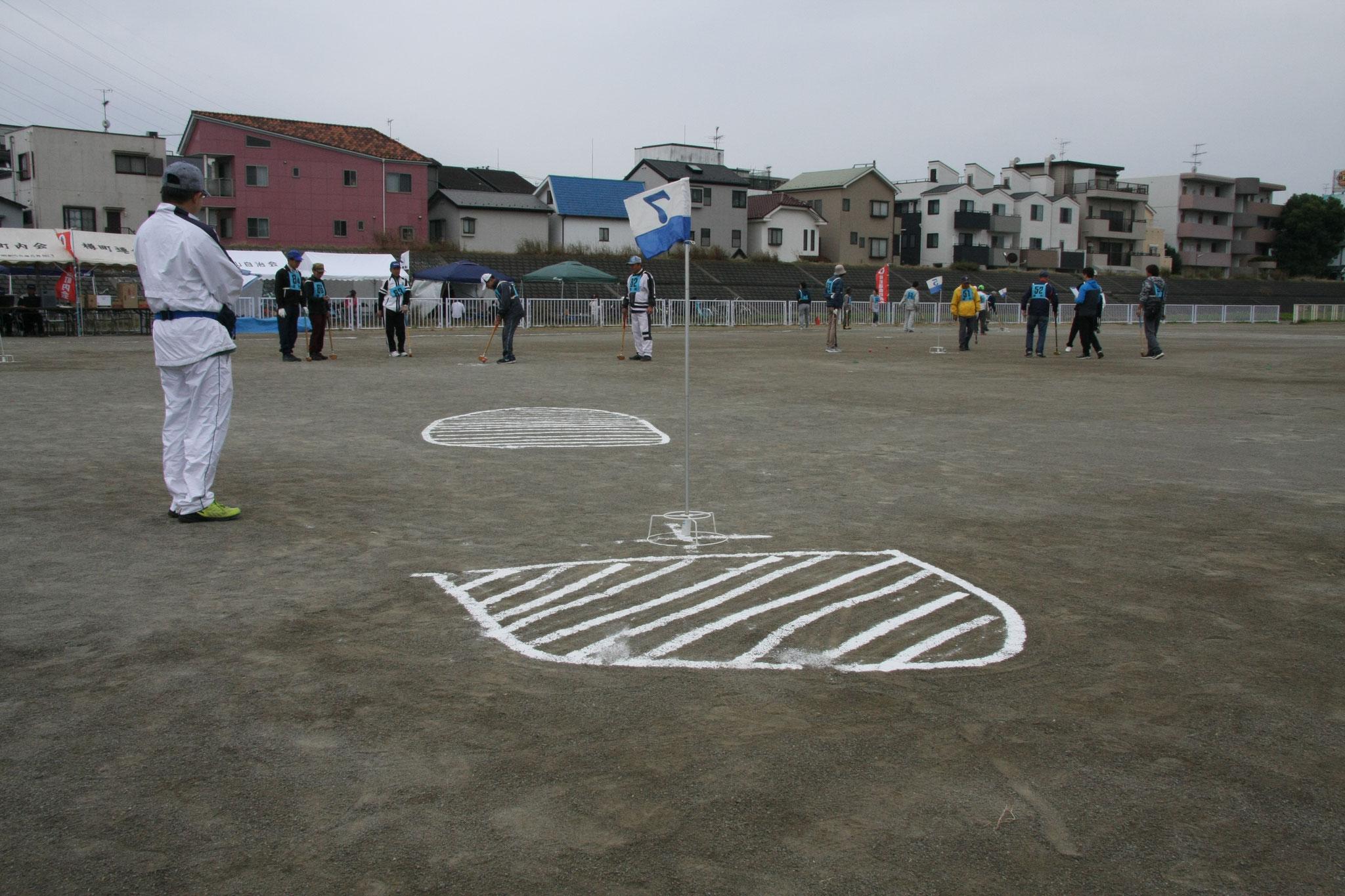 白線内にボールが止まると1打加算でエリアの遠い位置からボールが打ち直しになります。